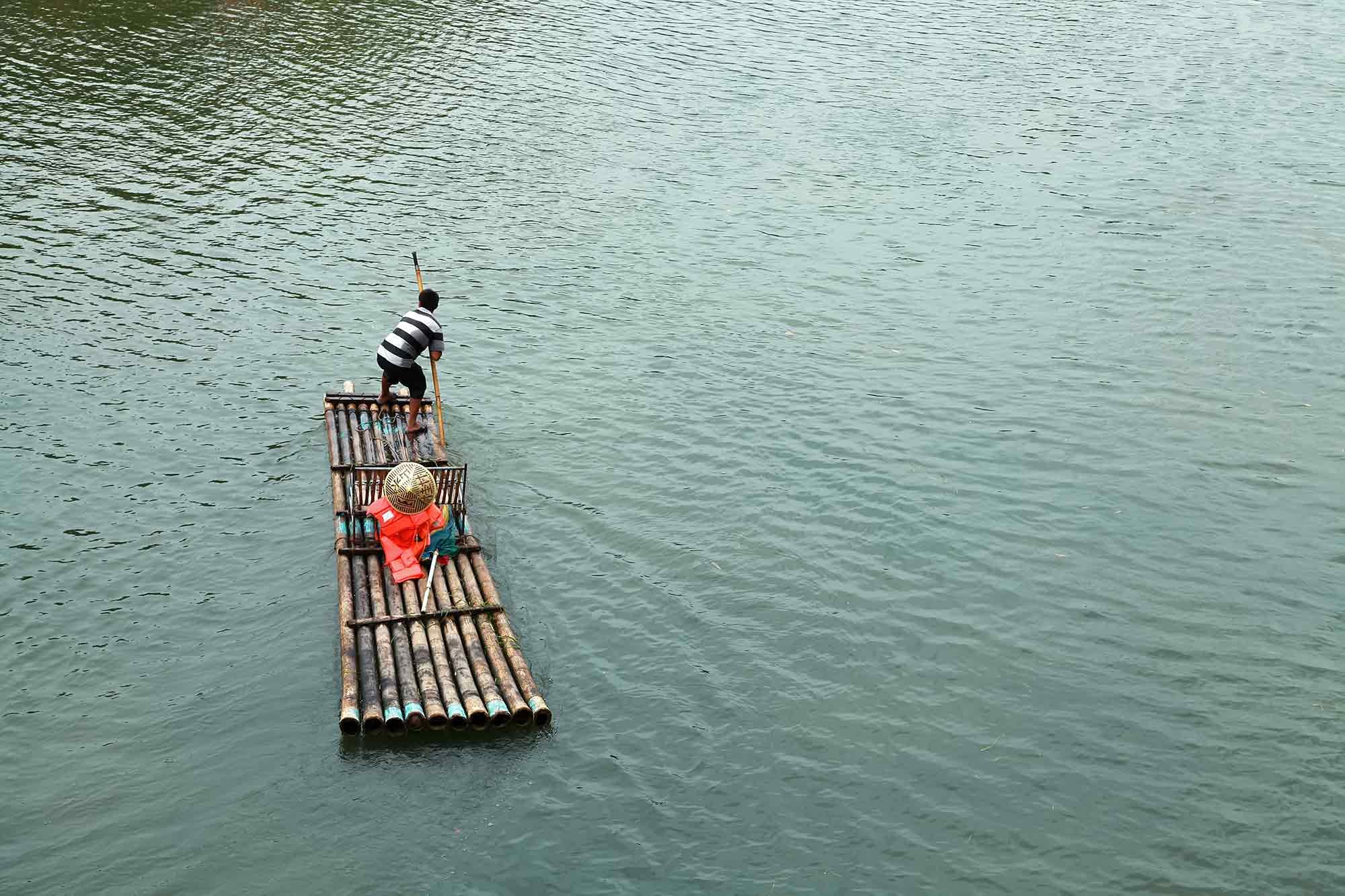 A bamboo raft along the Li River in Yangshuo, China. © Ulli Maier & Nisa Maier