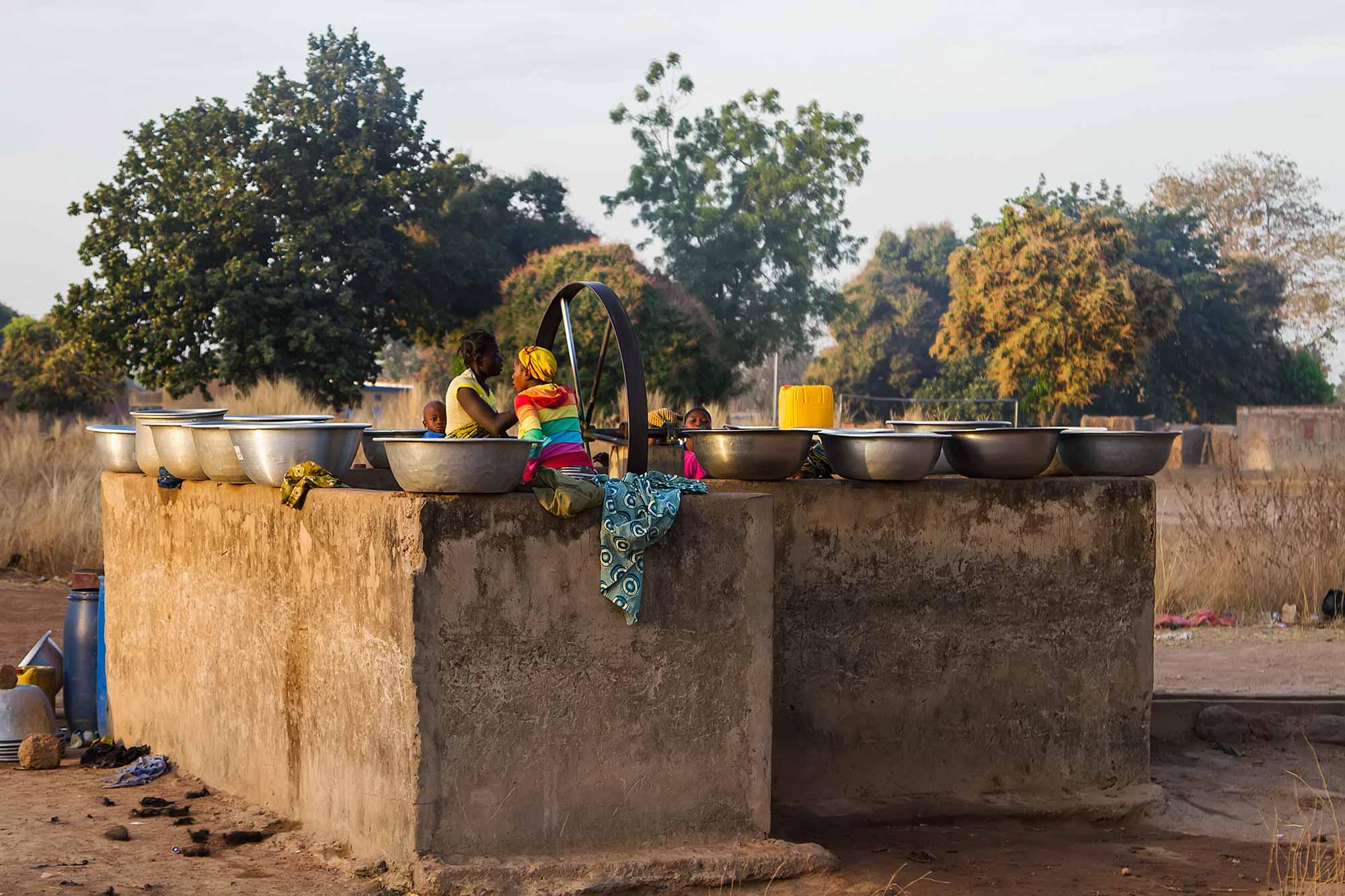 banfora-family-washing-cloths-burkina-faso-africa
