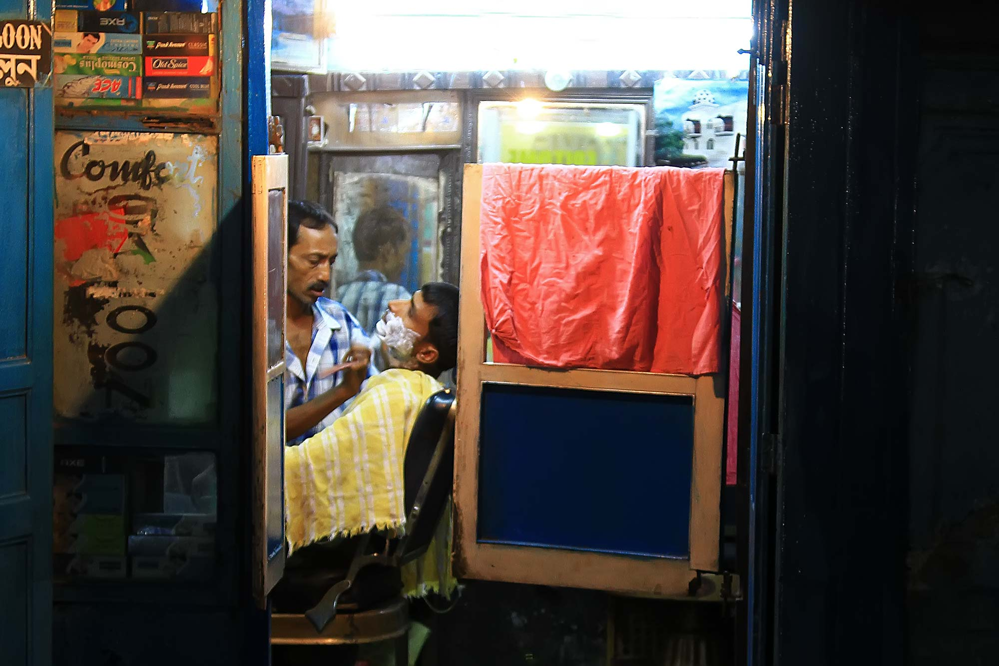 barber-shop-night-varanasi-india