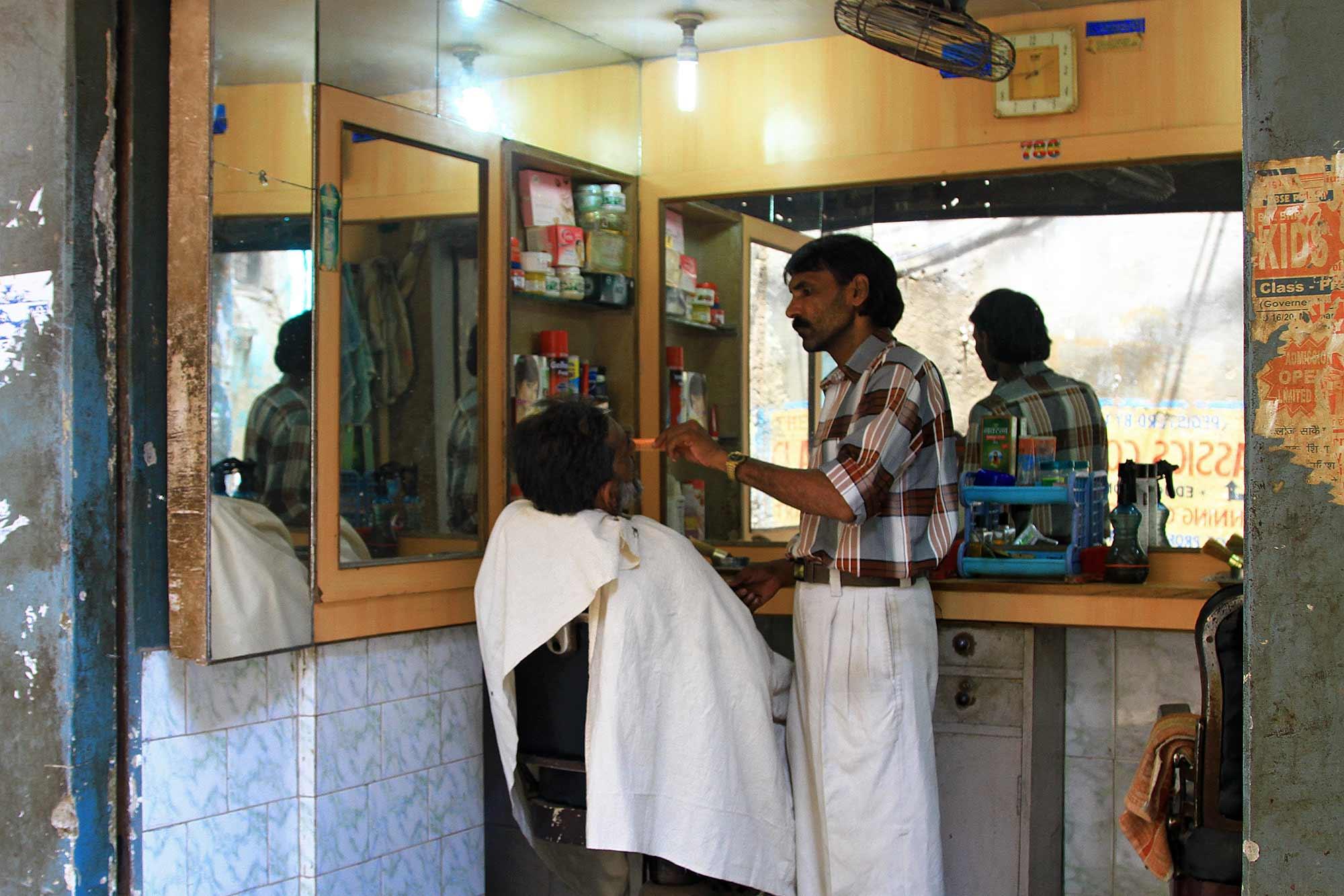 barber-shop-street-varanasi-india-1