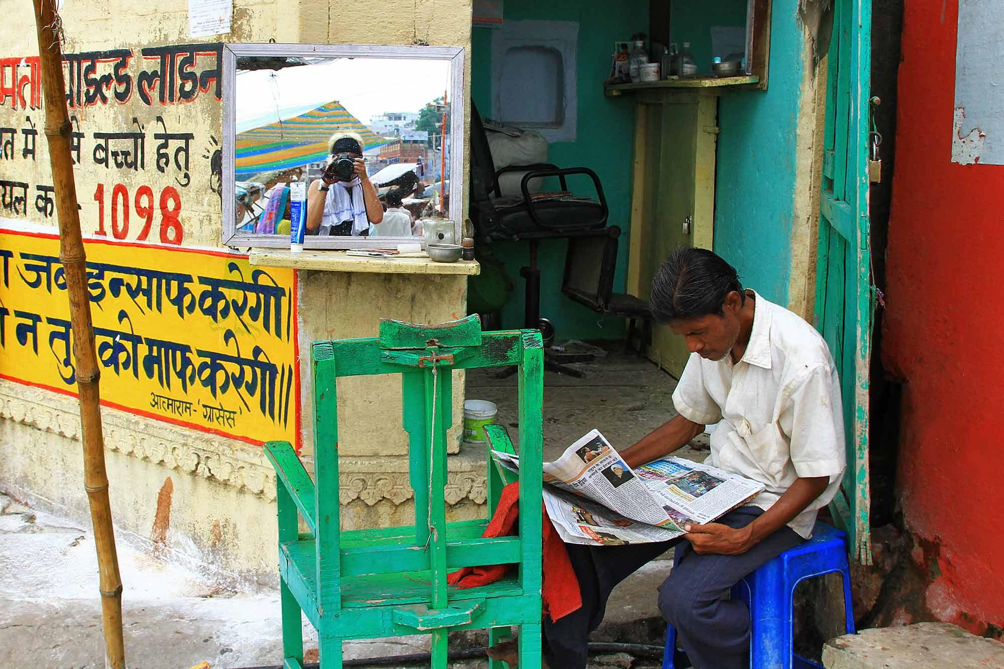 barber-shop-street-varanasi-india