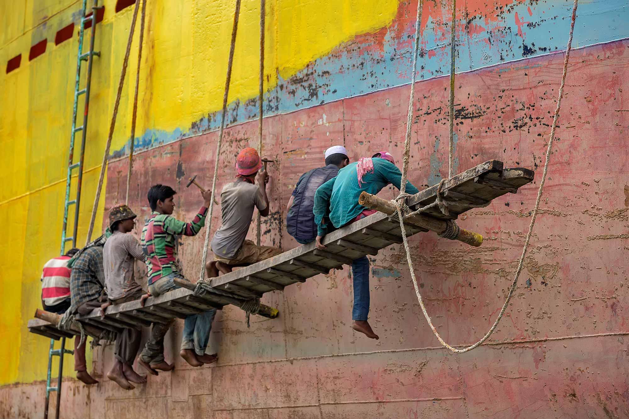 Working men at Sadarghat port in Dhaka, Bangladesh. © Ulli Maier & Nisa Maier