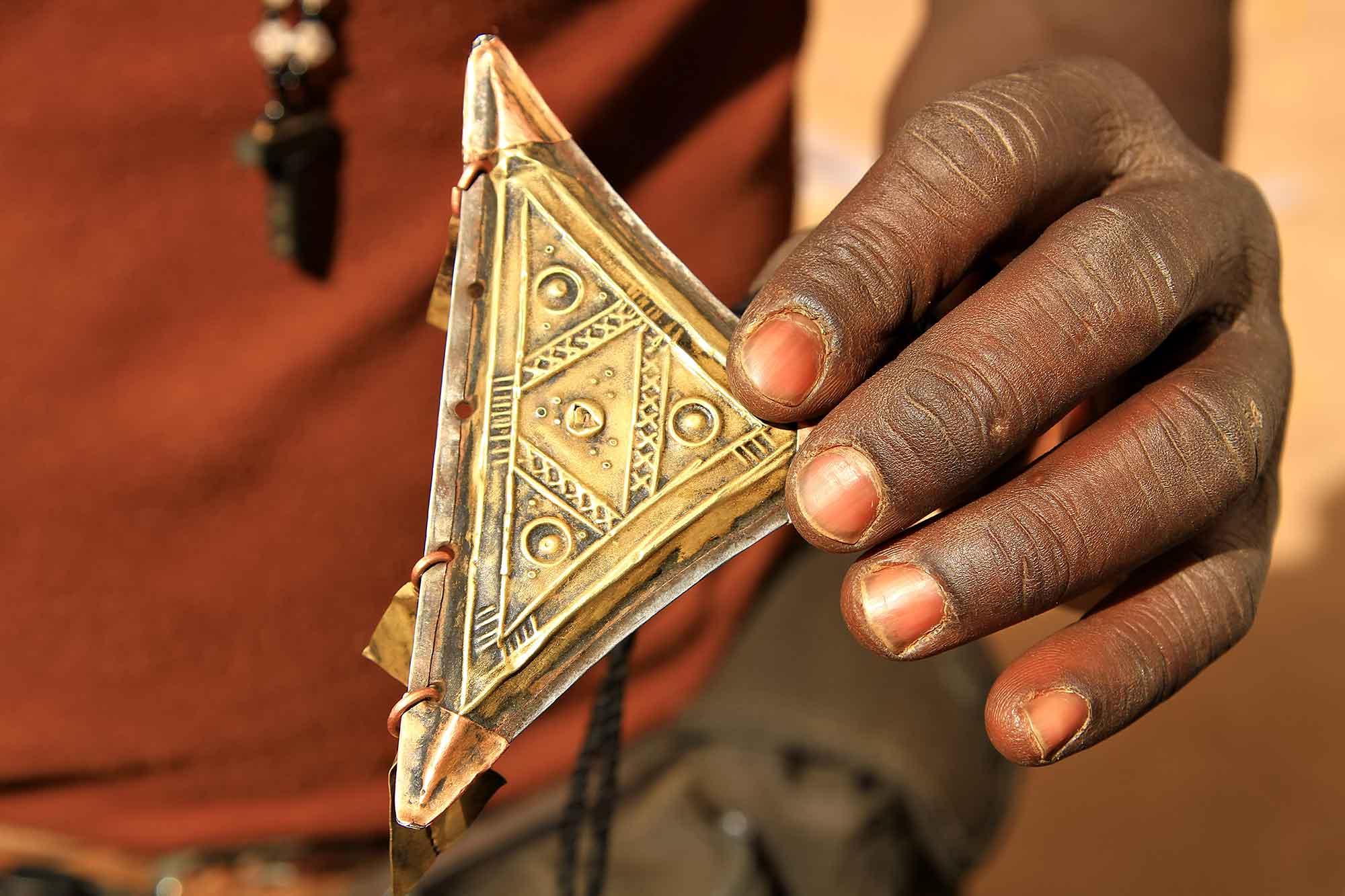 bukina-faso-ouagadougou-man-selling-goods
