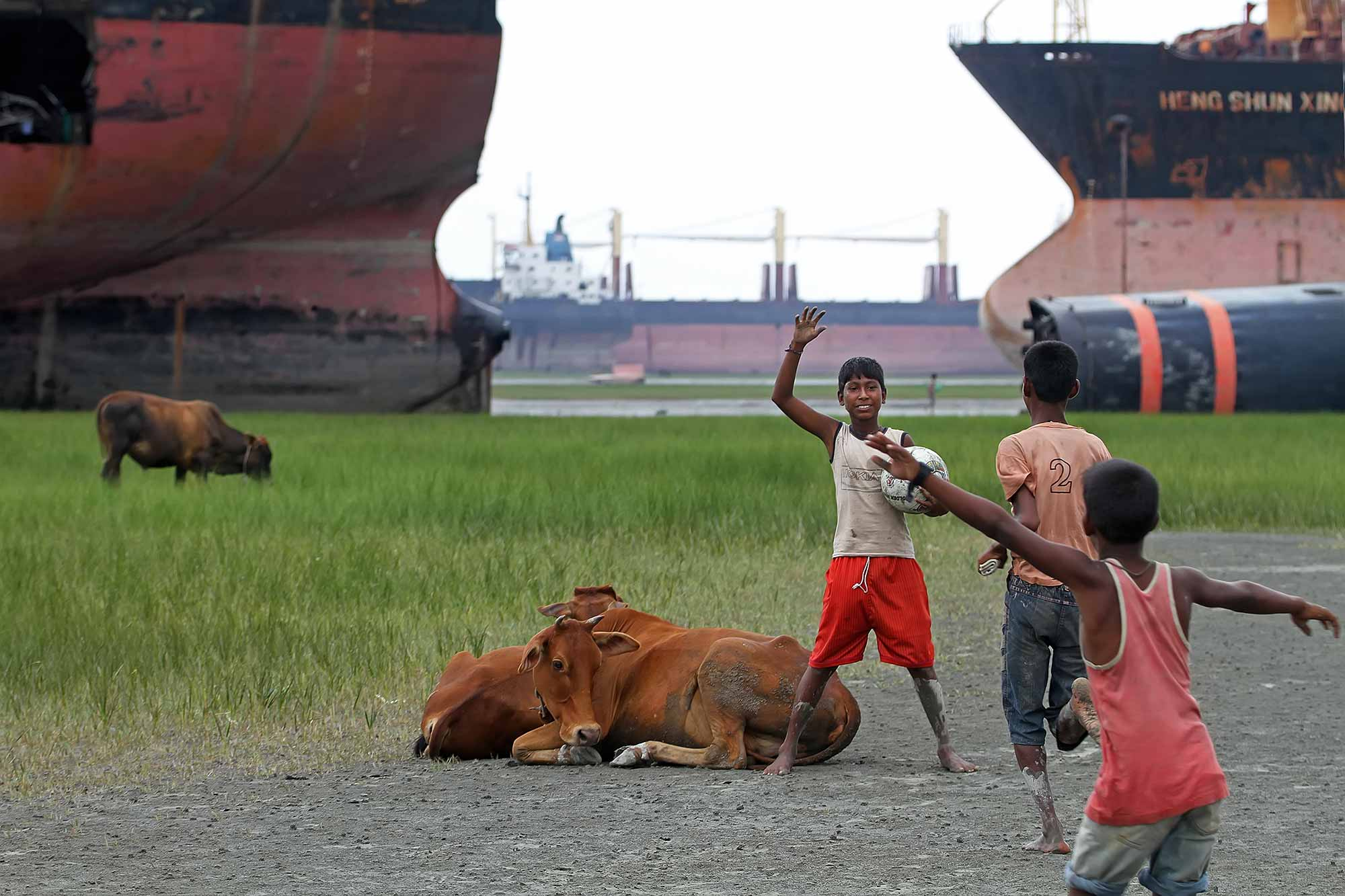 children-playing-chittagong-ship-breaking-yard-bangladesh