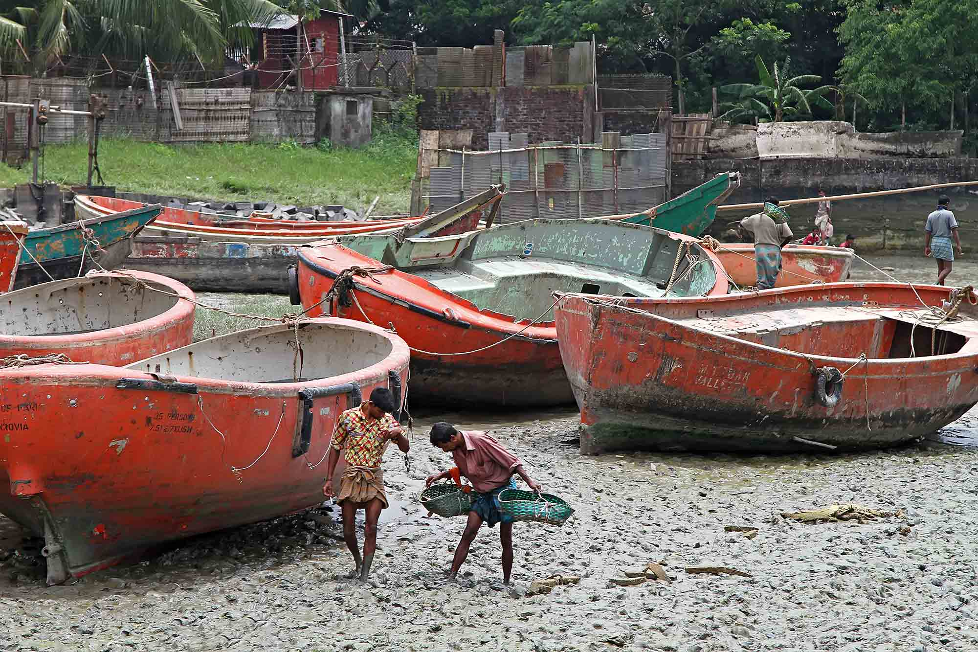 chittagong-shipbreaking-yards-rescue-boats