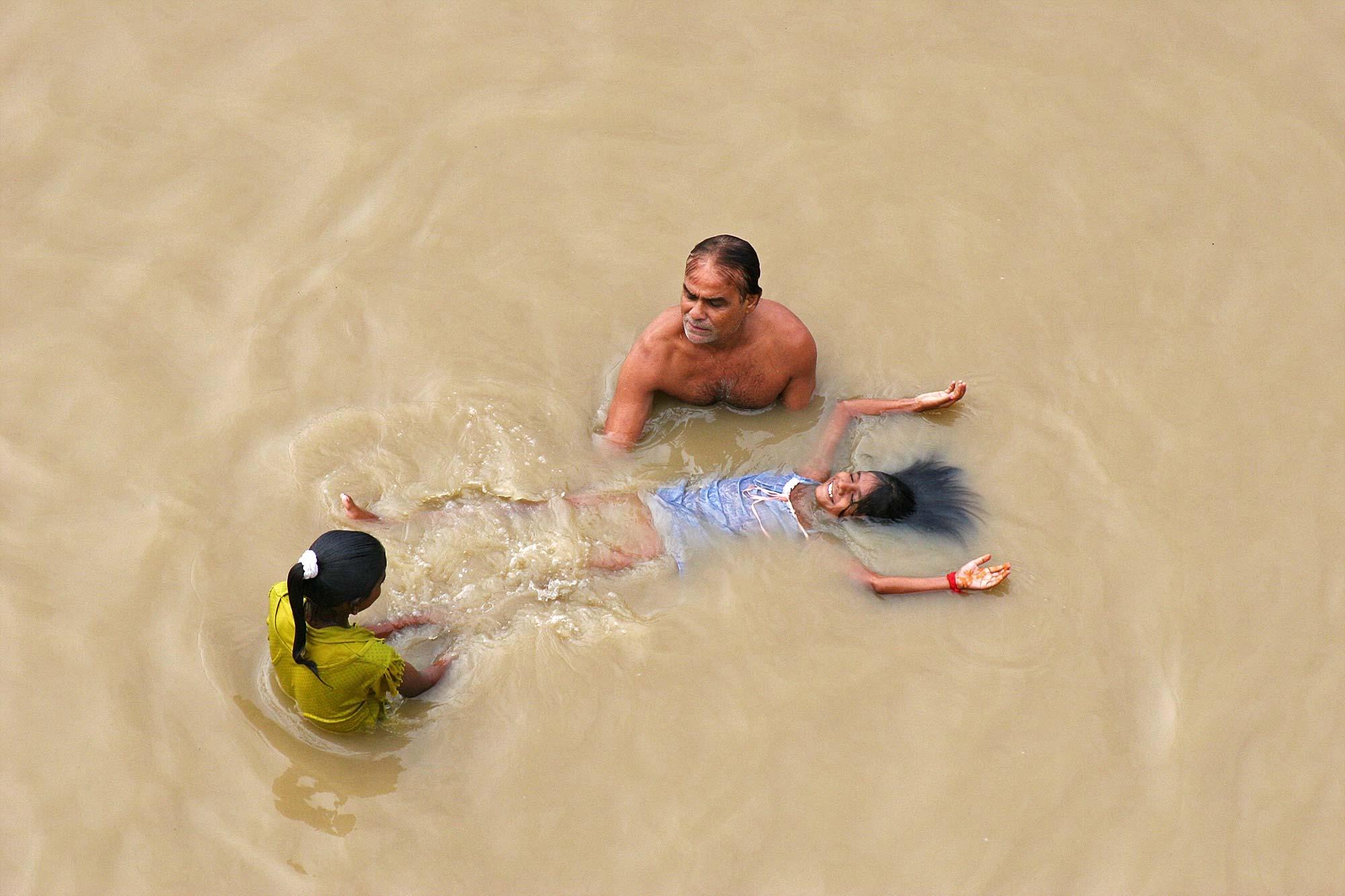family-shores-ganges-varanasi-india