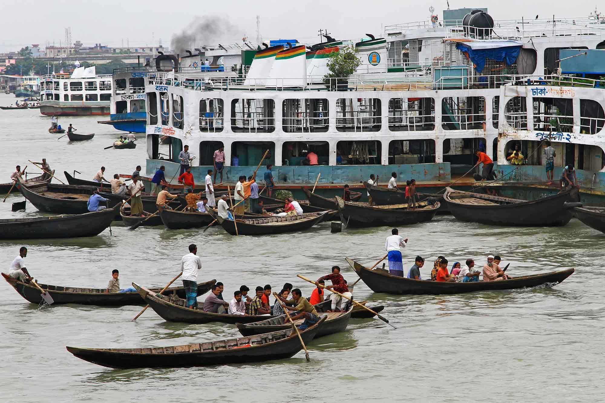 Busy Sadarghat port in Dhaka, Bangladesh.© Ulli Maier & Nisa Maier