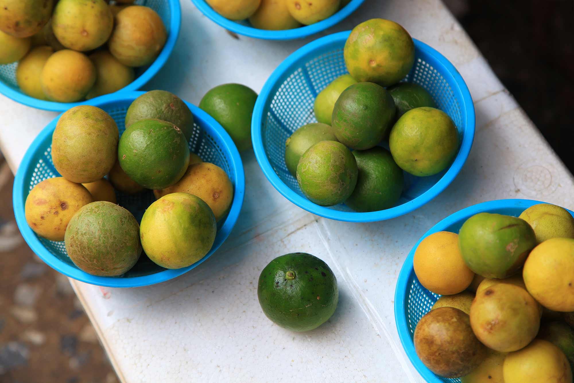 Fresh limes at Khlong Toey market in Bangkok, Thailand. © Ulli Maier & Nisa Maier