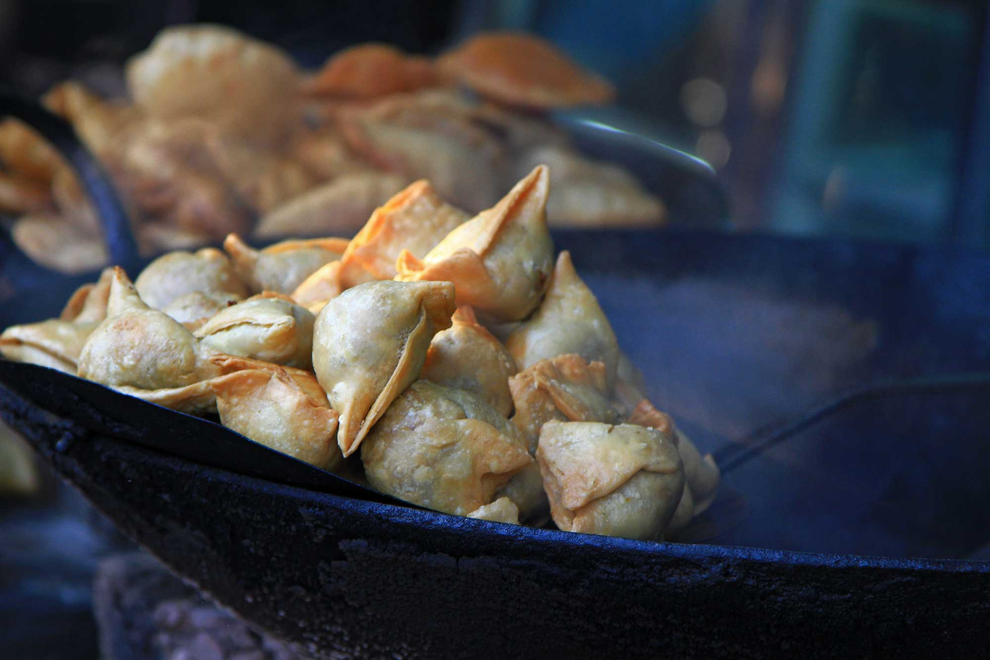Samosas at a food stall in Varanasi, India. © Ulli Maier & Nisa Maier
