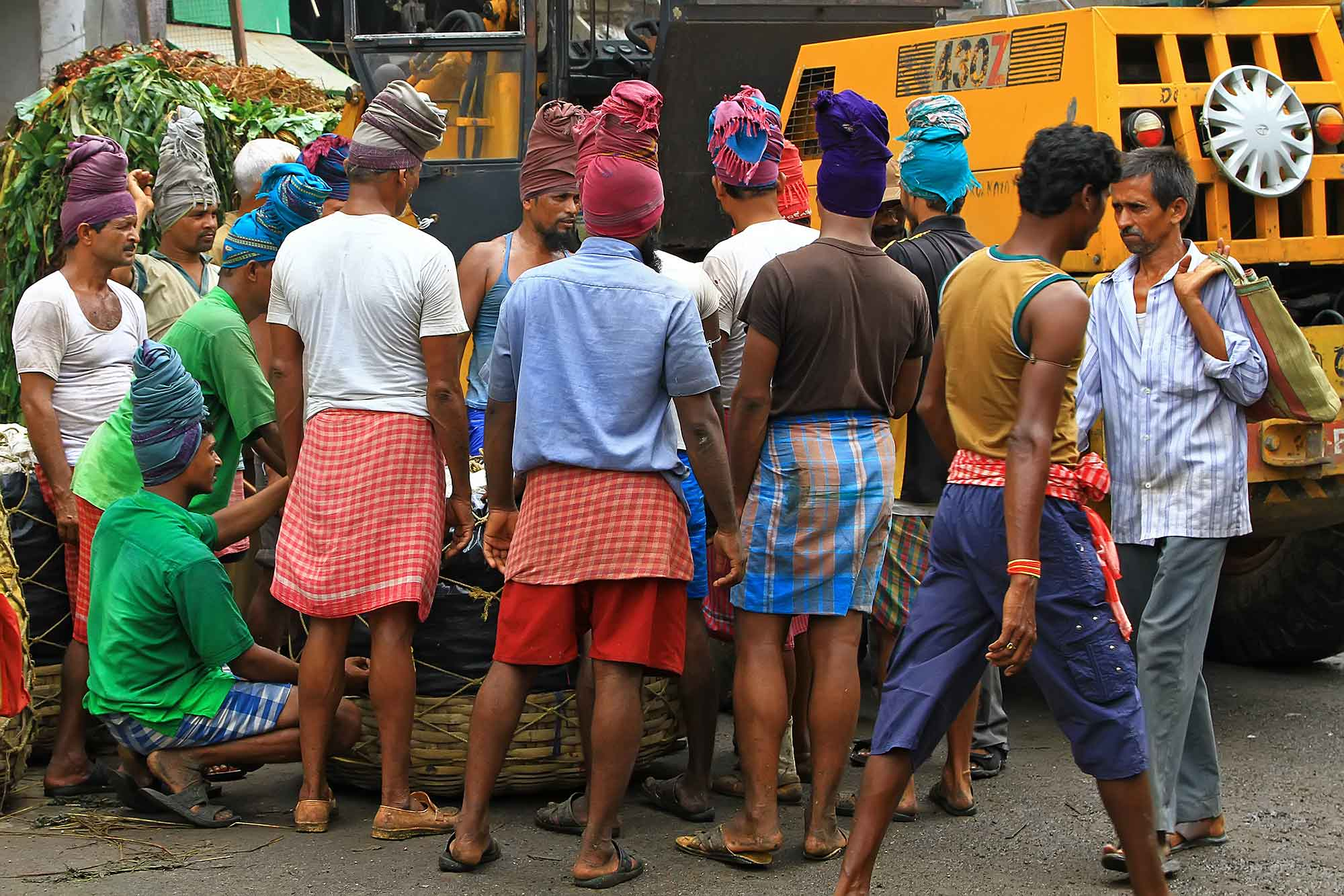fruit-wholesale-market-kolkata-india-working-men