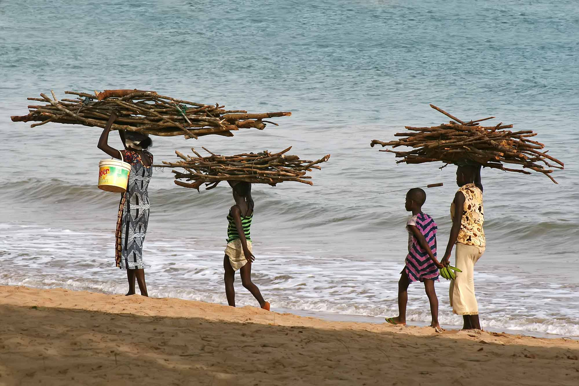 ghana-africa-takoradi-beach-family-walking-home
