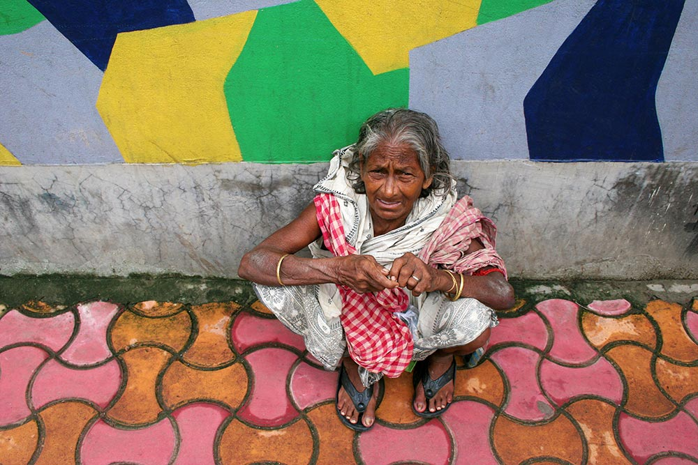 homeless-woman-kolkata-india-featured