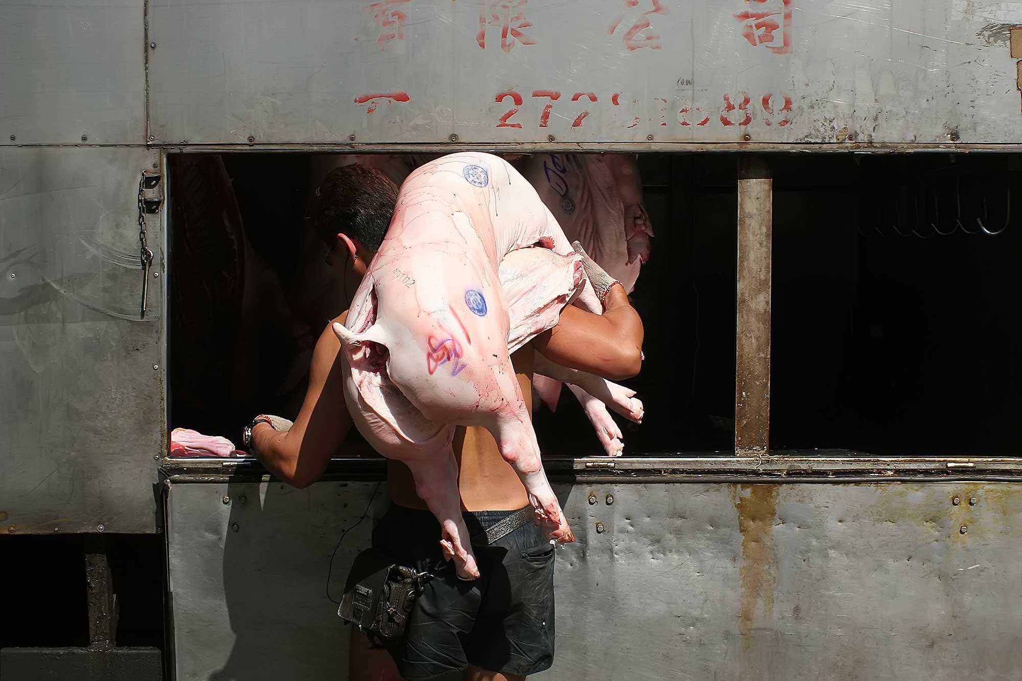 Unloading a truck in Hong Kong. © Ulli Maier & Nisa Maier