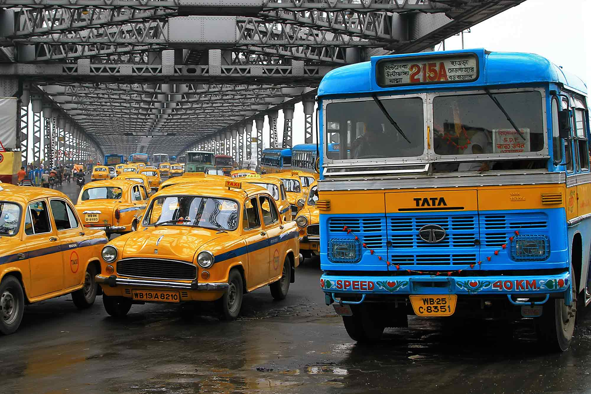 howrah-bridge-taxi-bus-crossing-kolkata-india