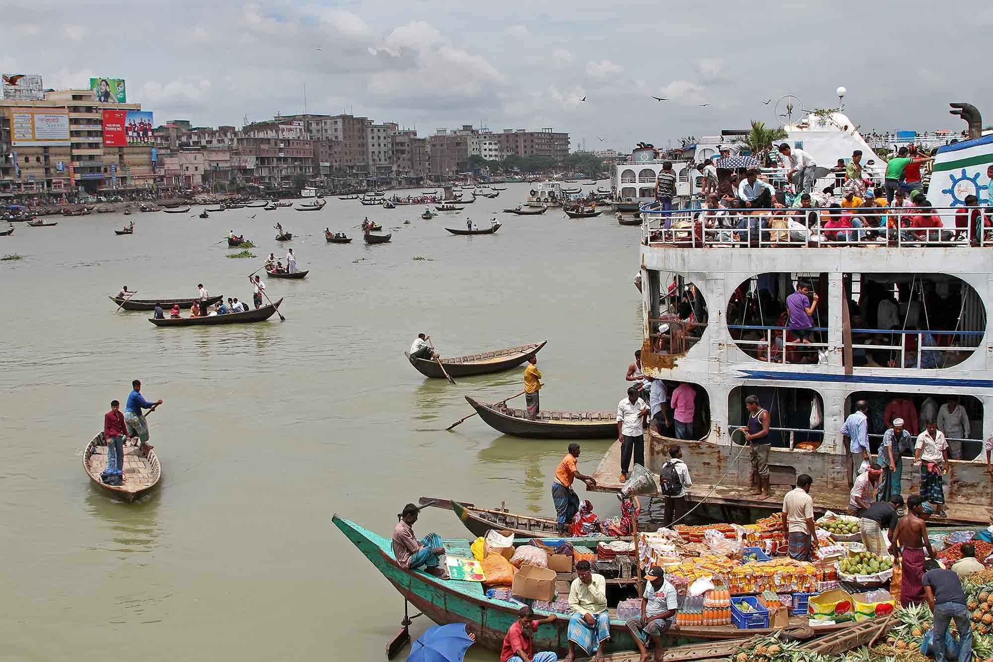 Launches at Sadarghat Port in Dhaka, Bangladesh. © Ulli Maier & Nisa Maier