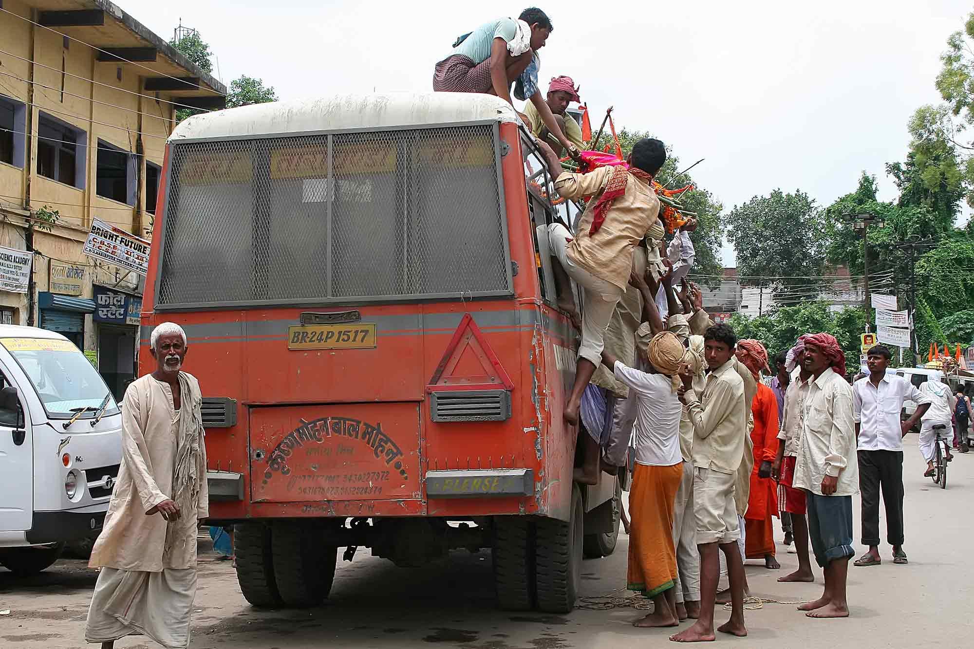 loading-bus-with-dead-human-body-varanasi-india