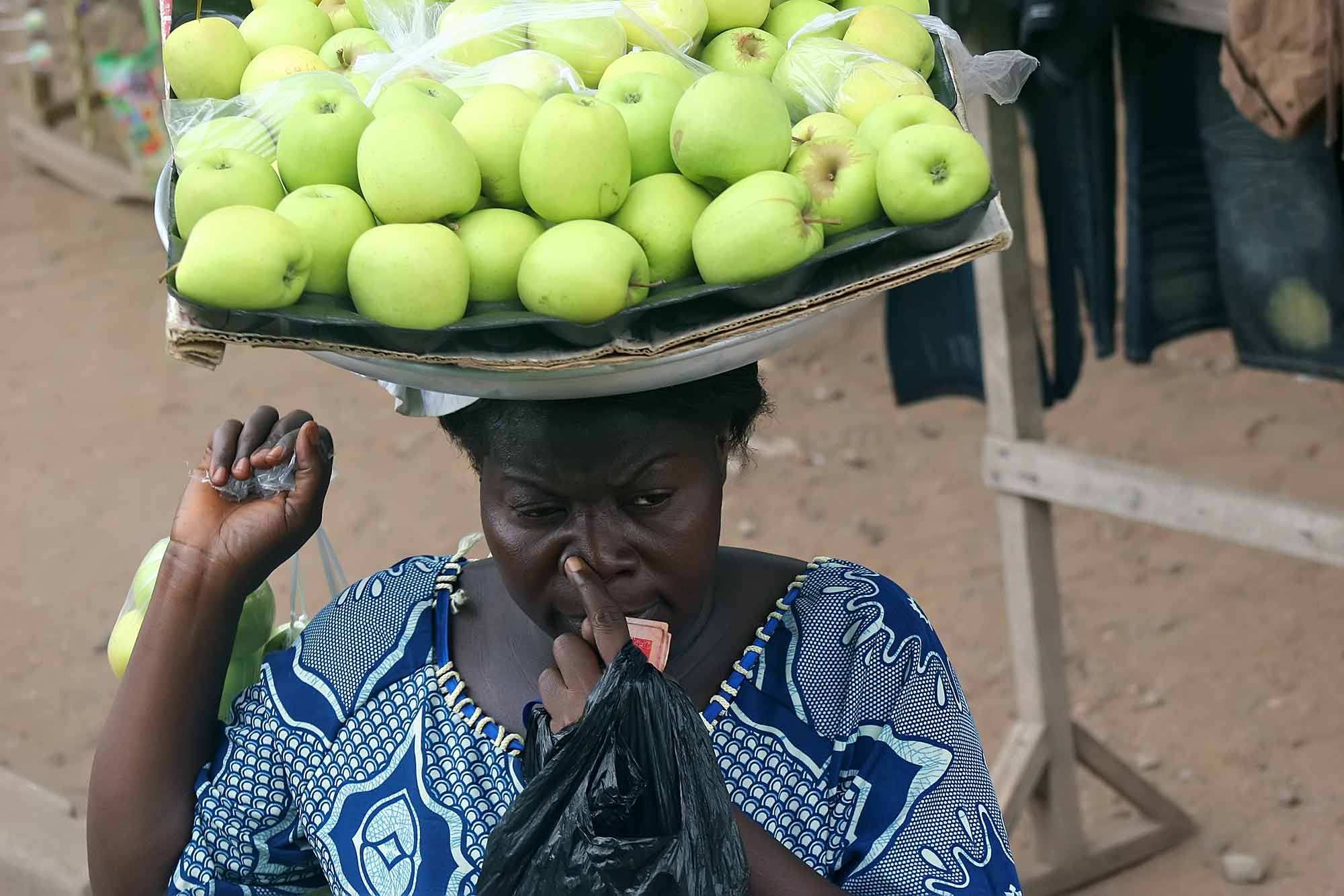market-woman-with-apples-accra-ghana
