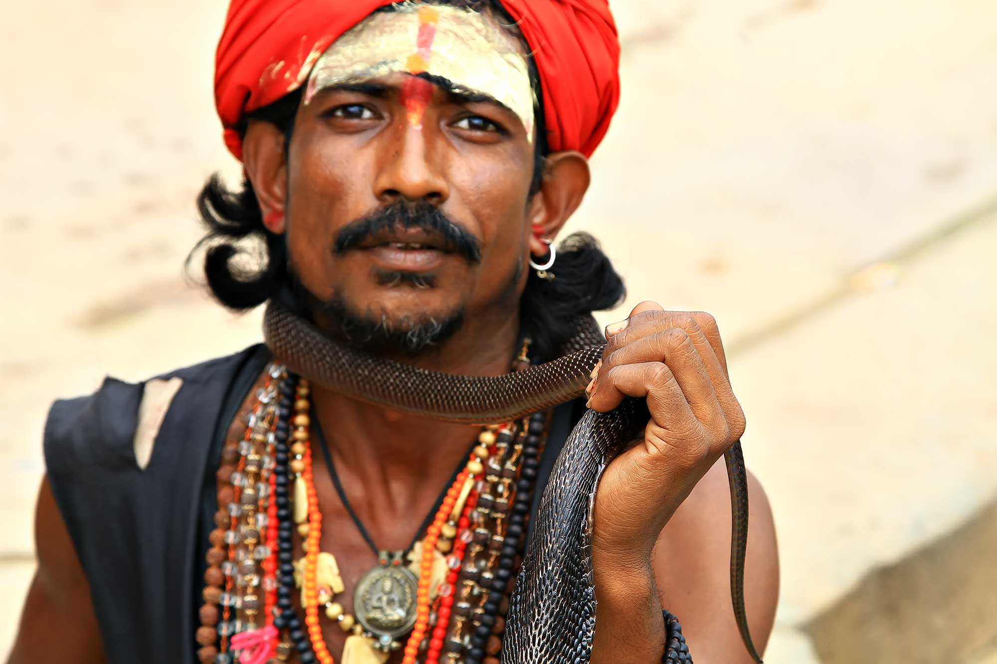 portrait-cobra-man-ghats-varanasi-india