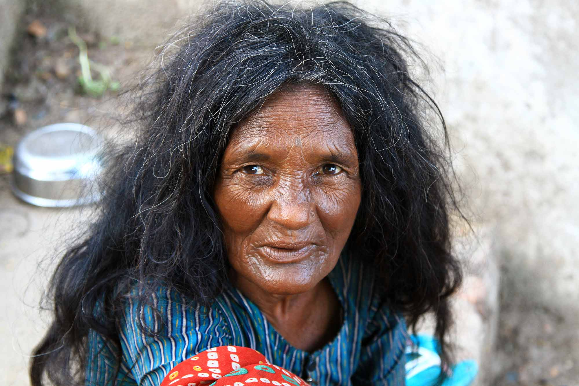 portrait-homeless-woman-in-varanasi-india