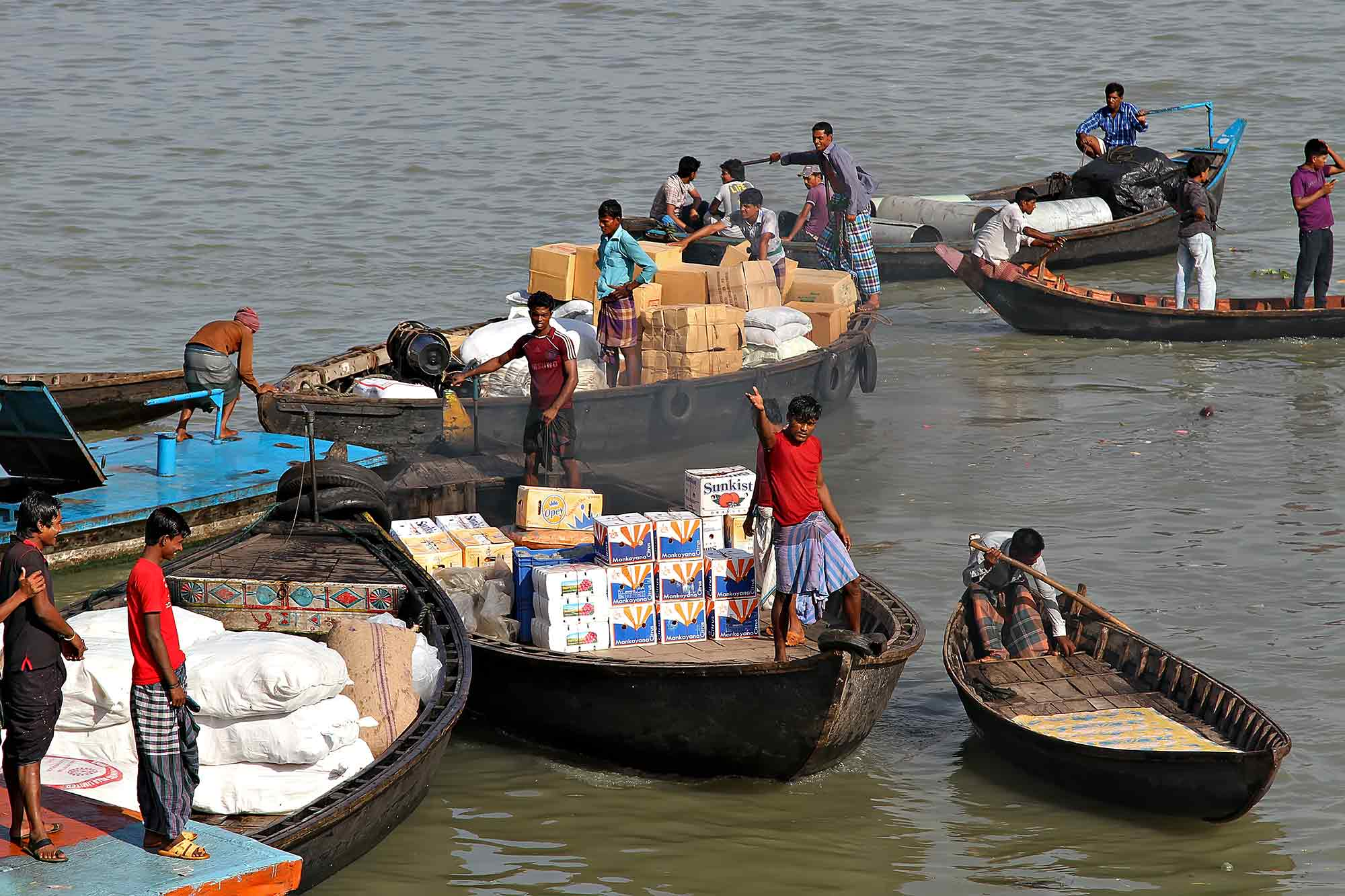 Getting ready to load a launch in Sadarghat port, Dhaka. © Ulli Maier & Nisa Maier
