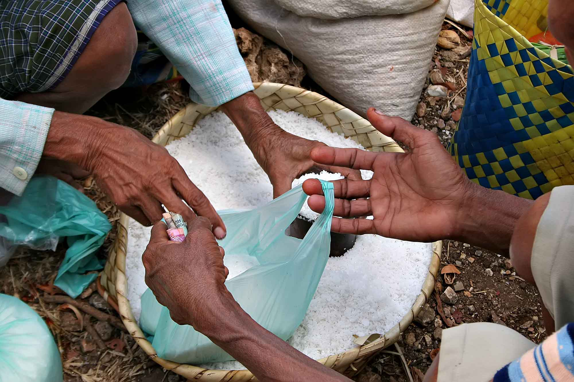 Selling salt in Timor, Indonesia. © Ulli Maier & Nisa Maier