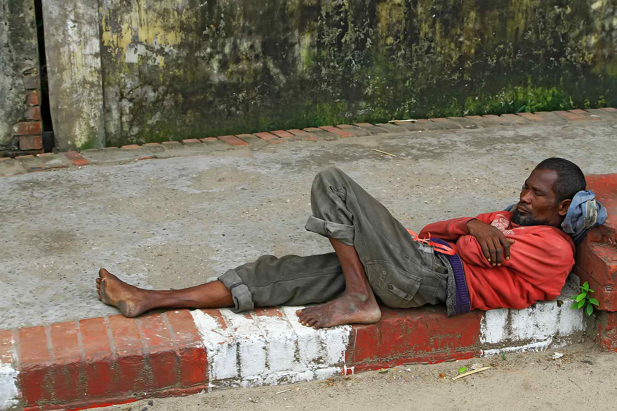Sleeping in the streets of old Dhaka. © Ulli Maier & Nisa Maier