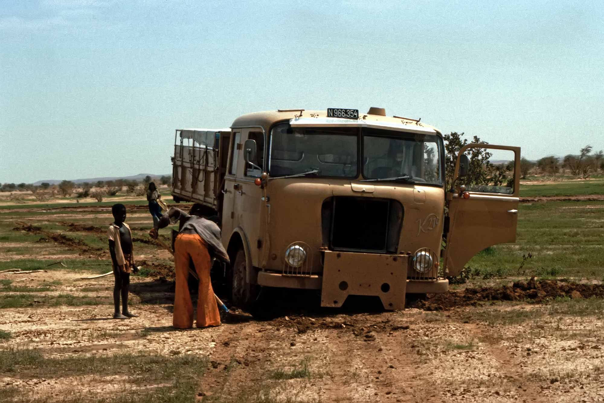 stuck-truck-northern-niger-africa