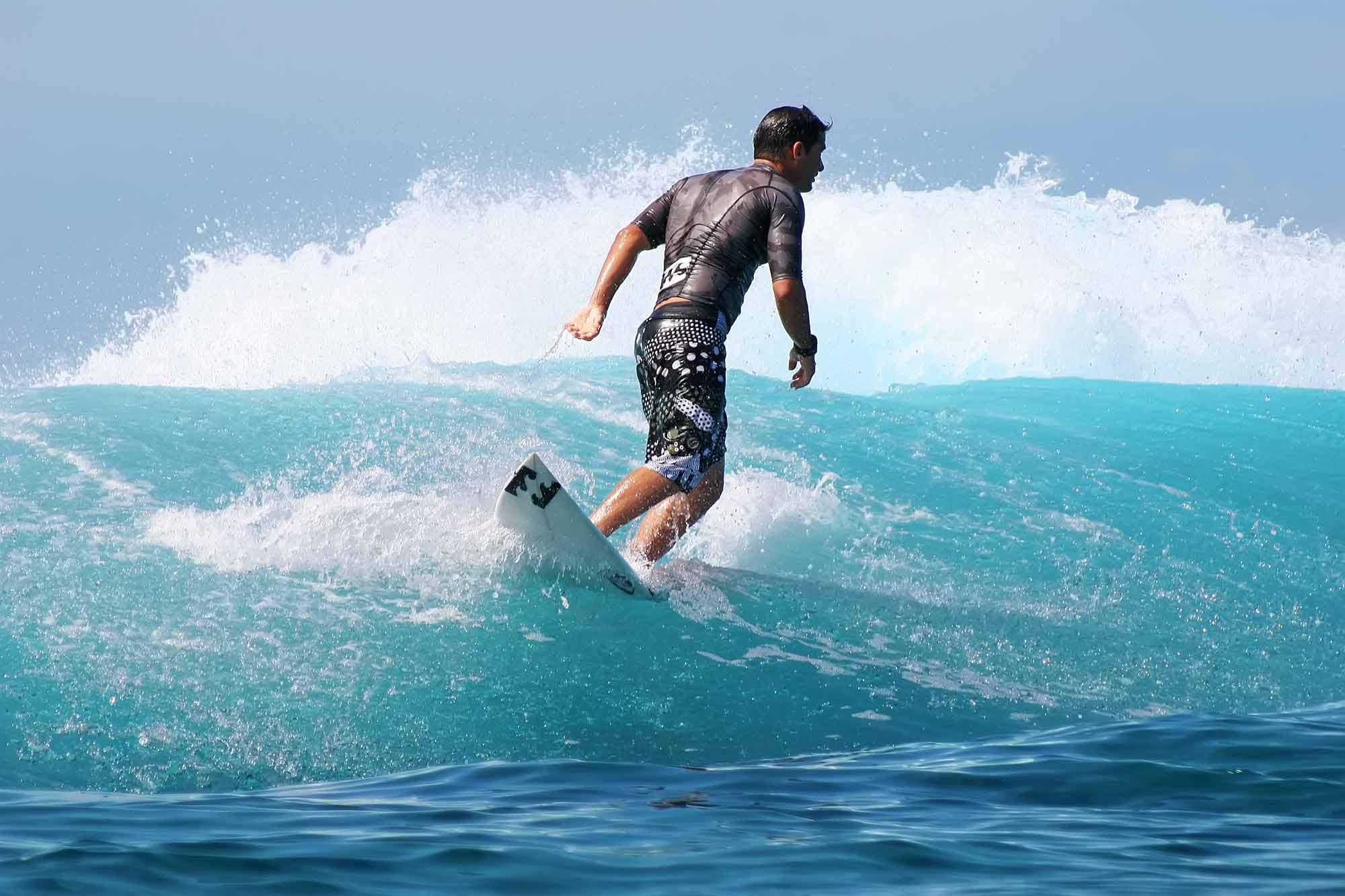 surfer-surfing-teahupoo-tahiti