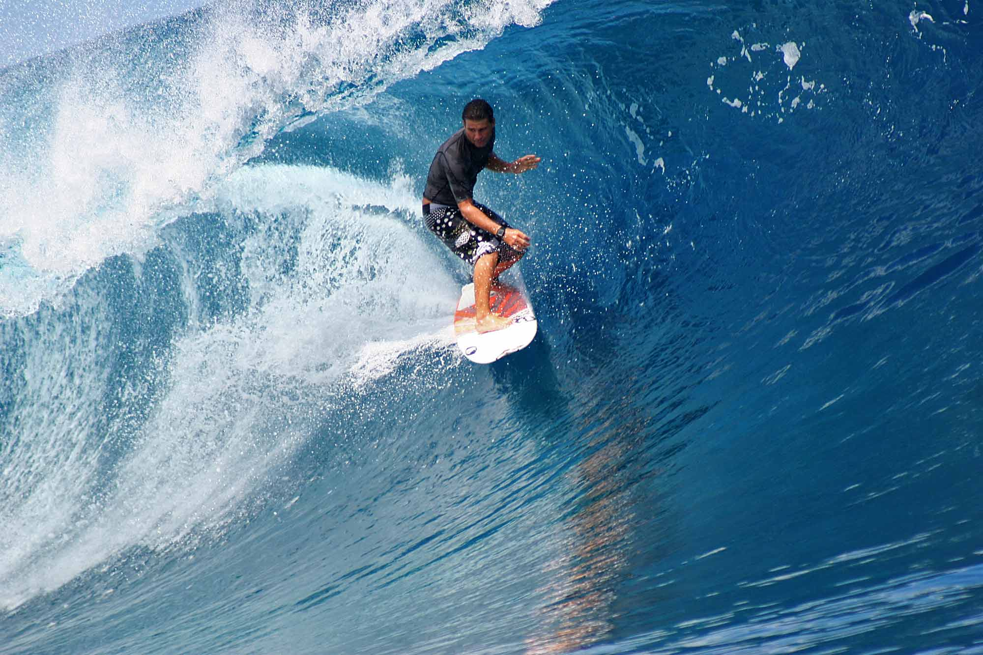 surfer-teahupoo-tahiti-tube-riding