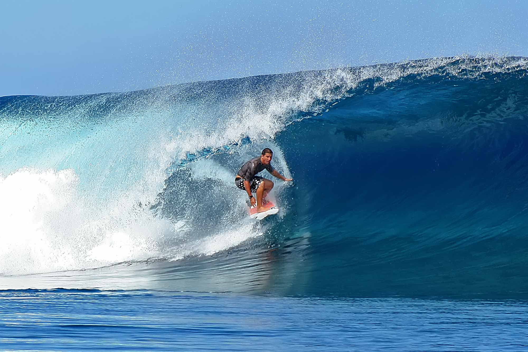 surfer-tube-riding-teahupoo-tahiti-french-polynesia