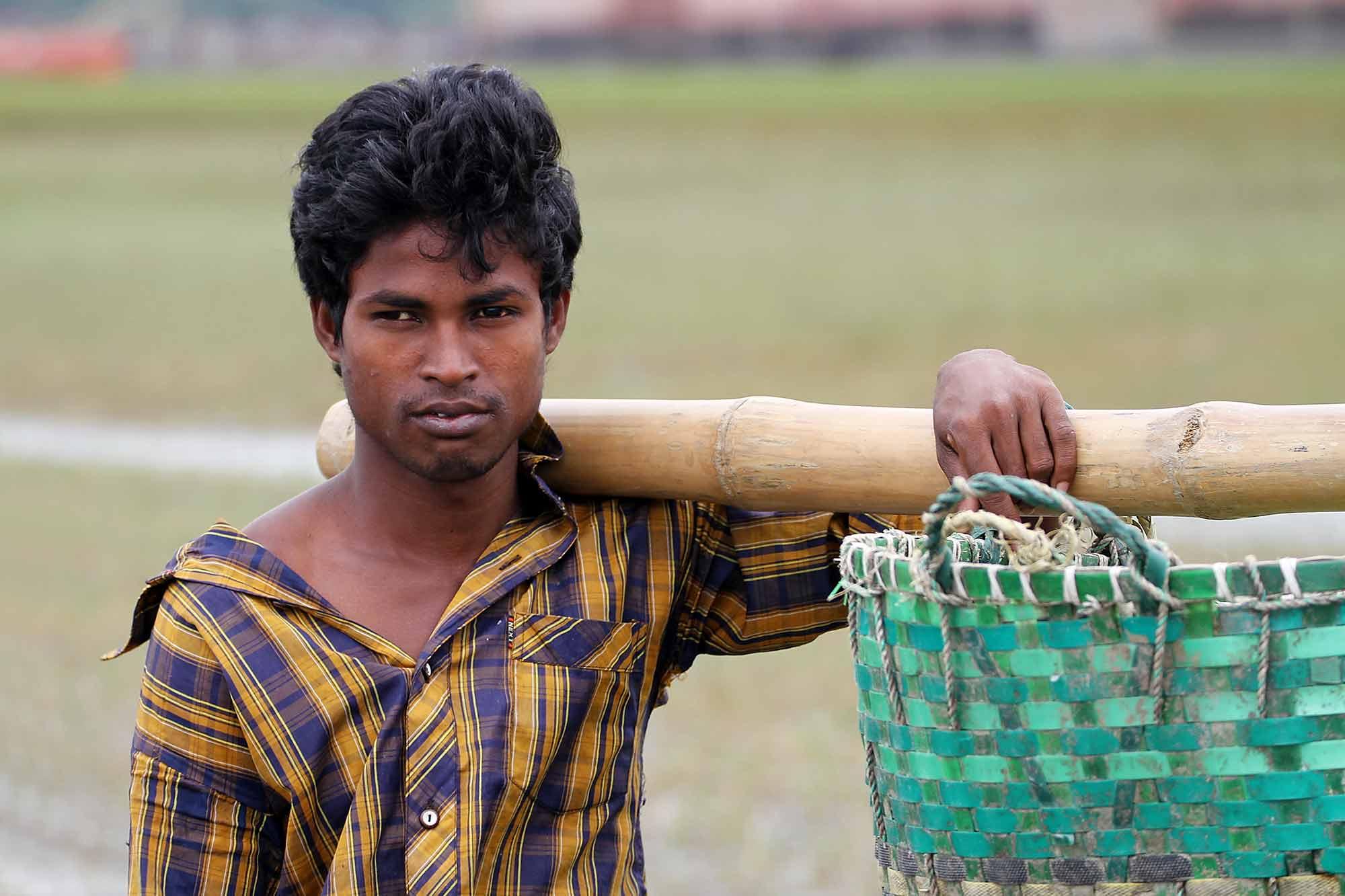 working-man-galachipa-ship-breaking-yard-bangladesh