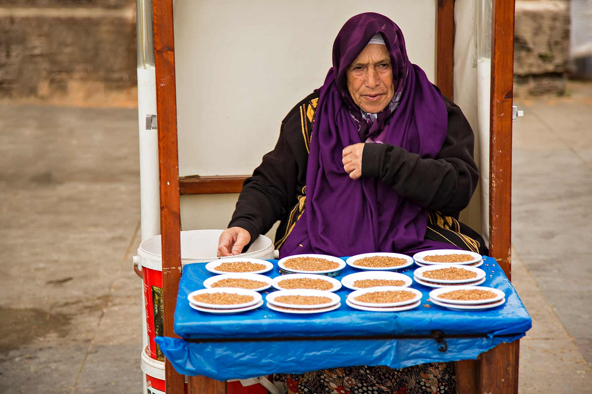 A woman selling bird food in front of the New Mosque in Istanbul, Turkey. © Ulli Maier & Nisa Maier