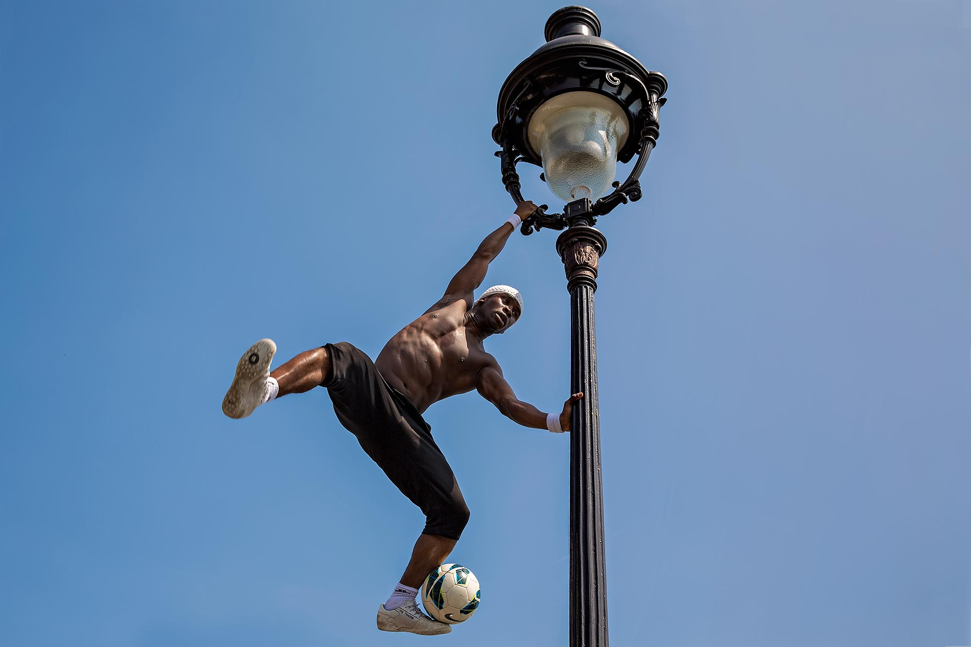Freestyle footballer Iya Traoré in front of Sacre Coeur in Paris, France. © Ulli Maier & Nisa Maier