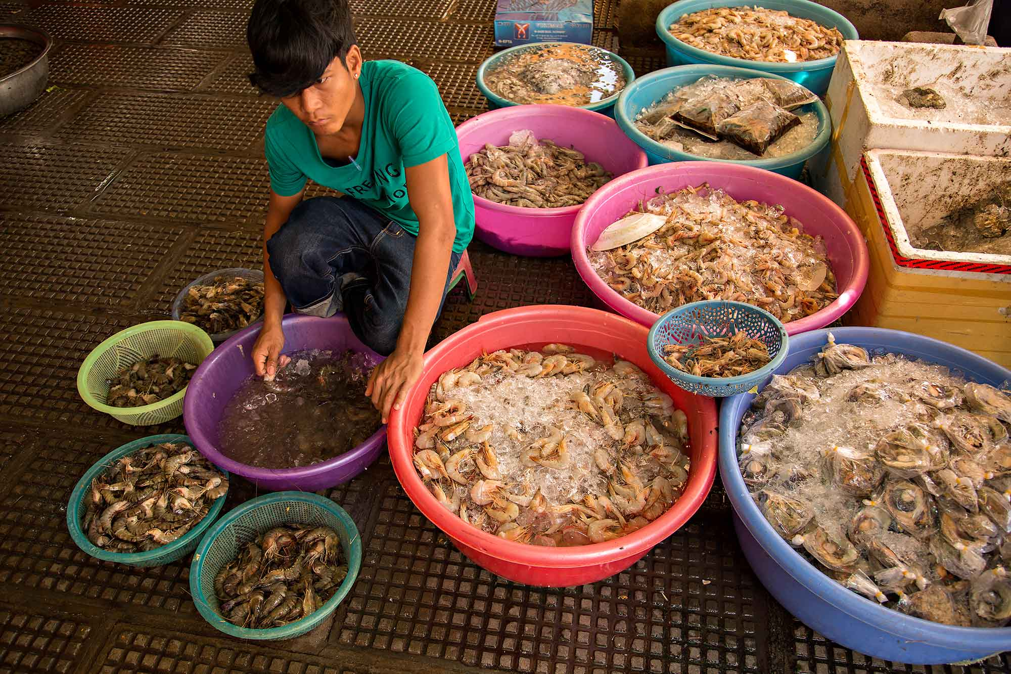 Selling fresh prawn at Phsar Thmei market in Phnom Penh, Cambodia. © Ulli Maier & Nisa Maier