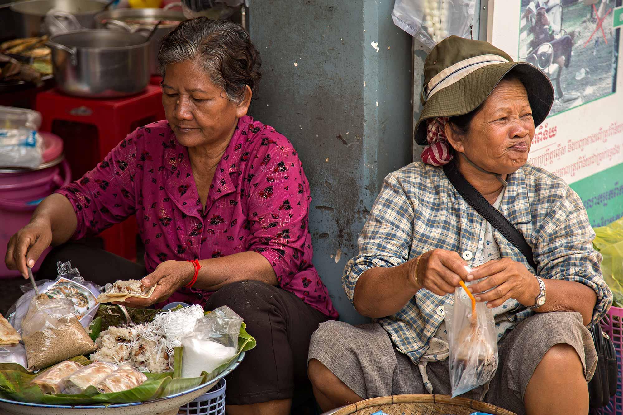 Streets vendors at Phsar Thmei market in Phnom Penh, Cambodia. © Ulli Maier & Nisa Maier