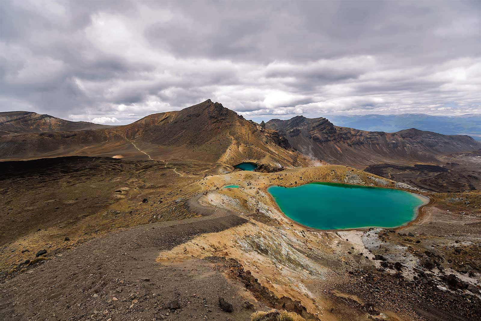 tongariro-alpine-crossing-emeral-lakes-new-zealand-1