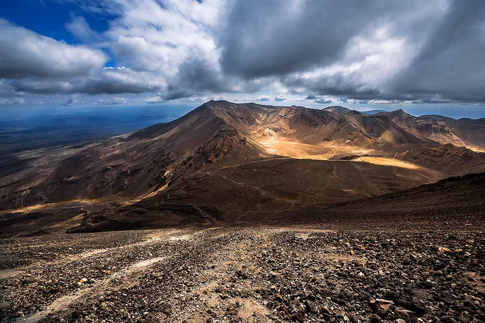 tongariro-alpine-crossing-mount-doom-new-zealand-featured-1