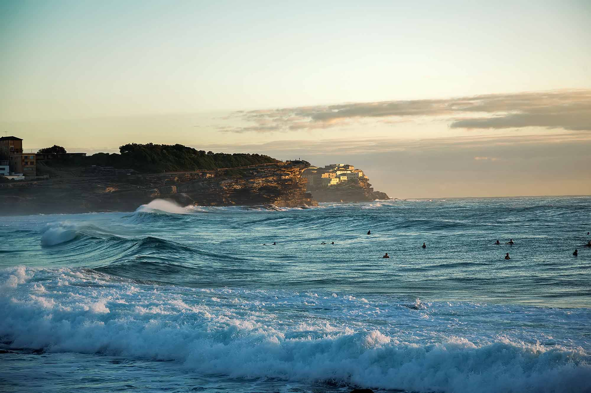 Sydney Coastal Walk: Surfers on Bronte Beach. © Ulli Maier & Nisa Maier