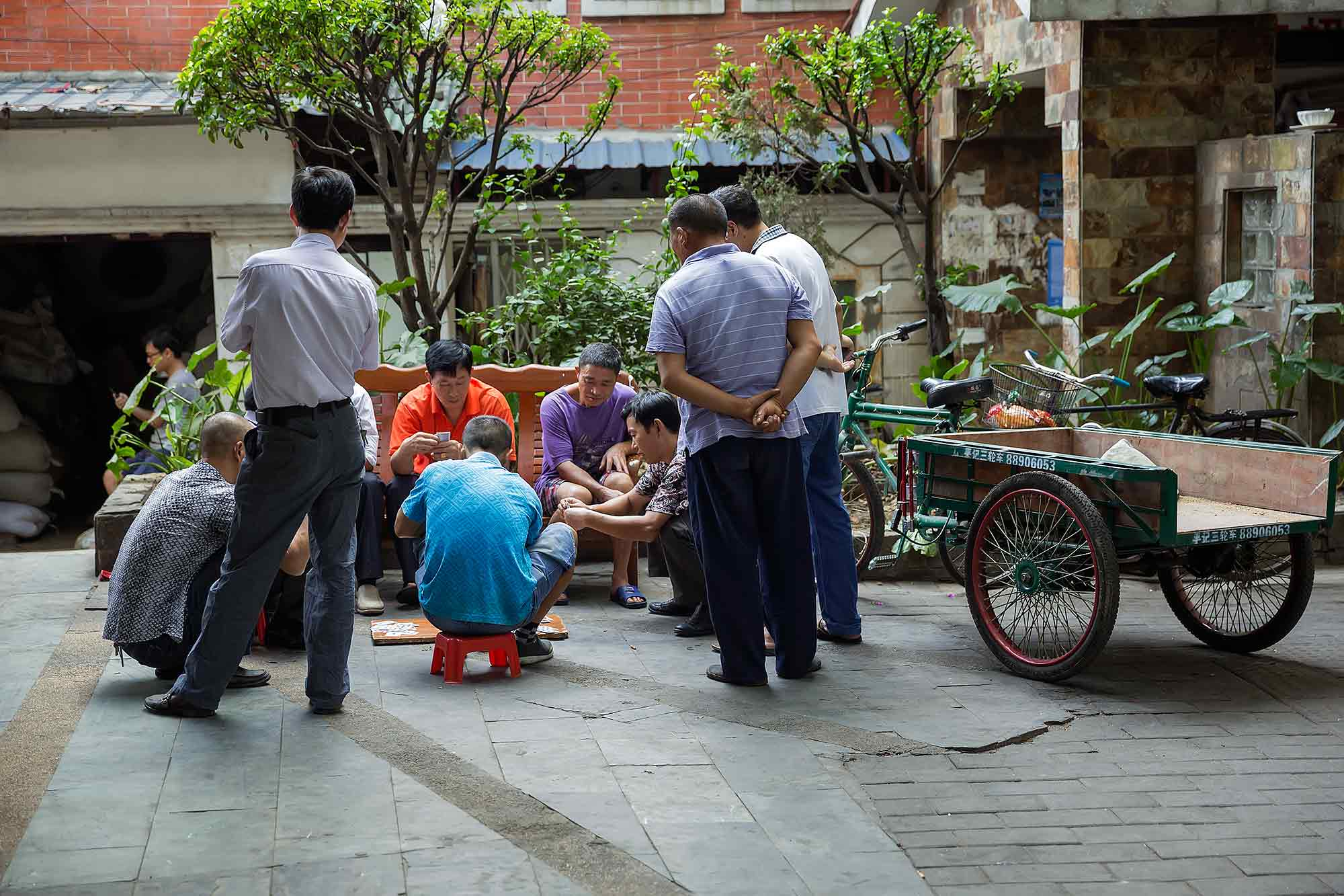 Playing a game of Mahjong in the streets of Guangzhou. © Ulli Maier & Nisa Maier