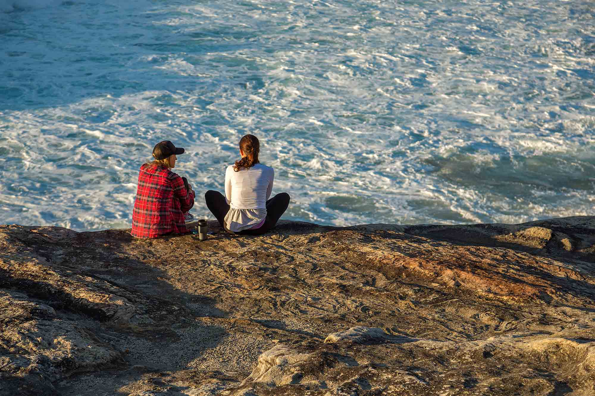 Sydney Coastal Walk: A couple sitting on the cliff near Bondi beach. © Ulli Maier & Nisa Maier