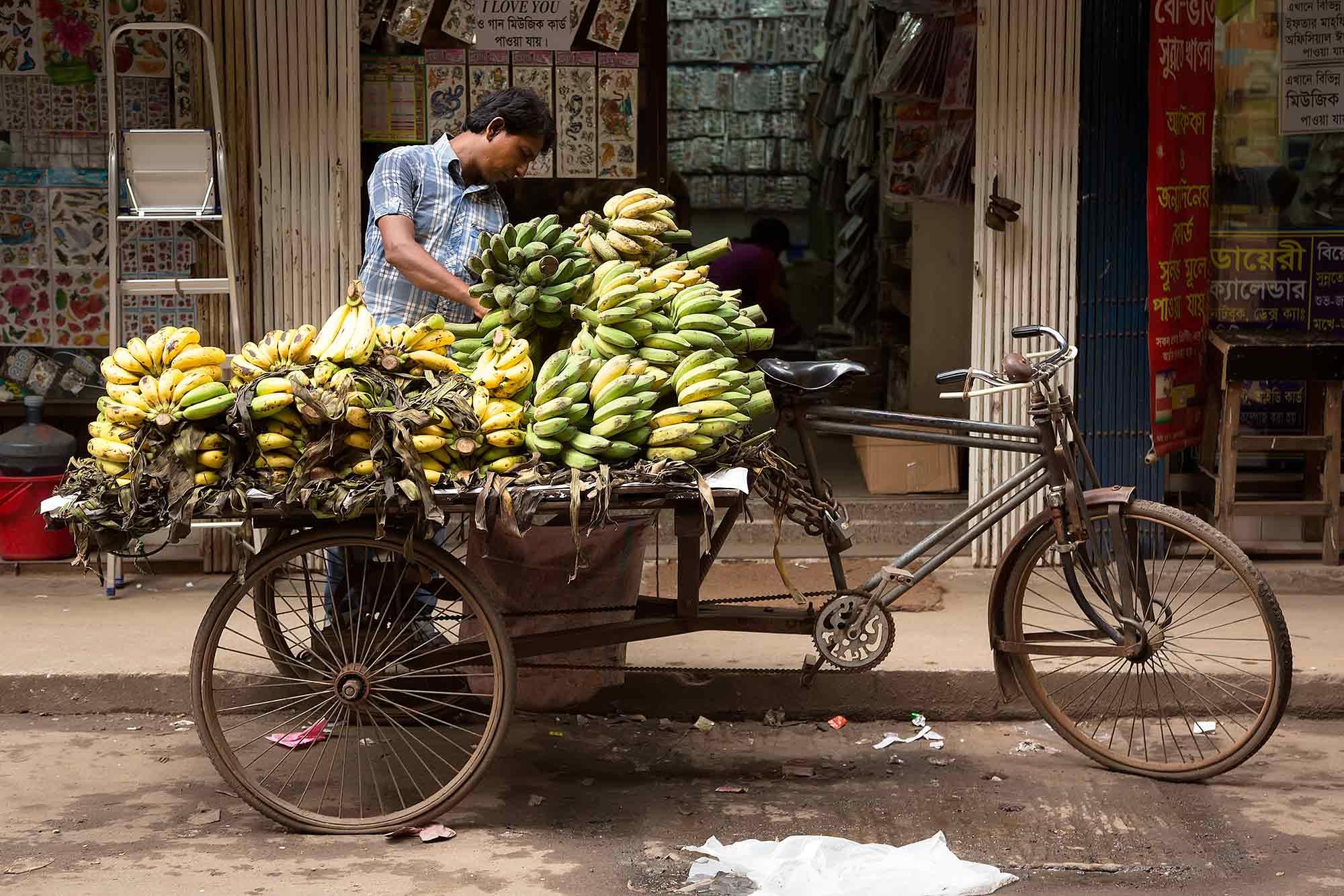 A street vendor selling bananas in Dhaka, Bangladesh. © Ulli Maier & Nisa Maier