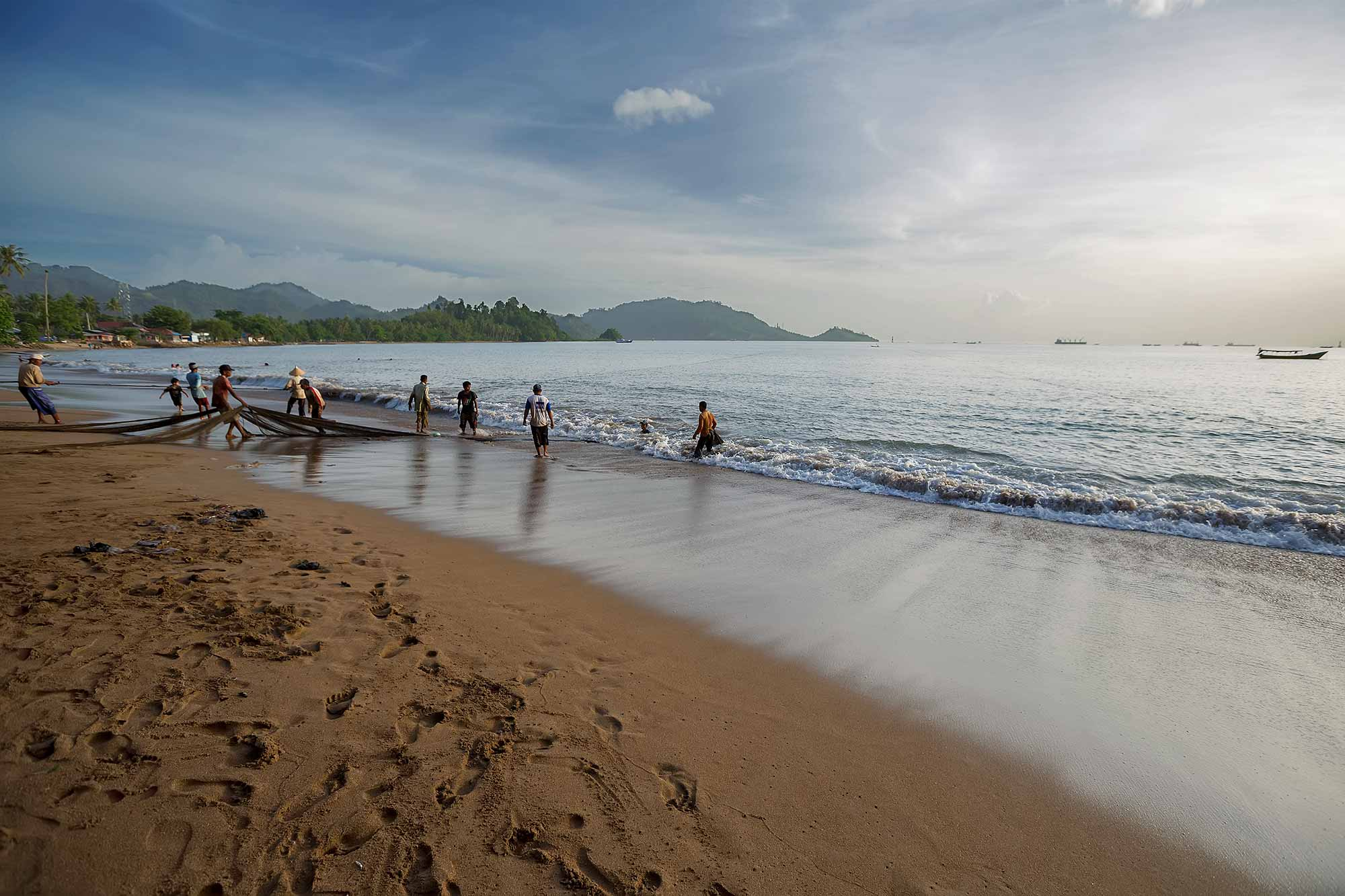 Fishermen pulling in the catch on Bungus beach in West Sumatra, Indonesia. © Ulli Maier & Nisa Maier