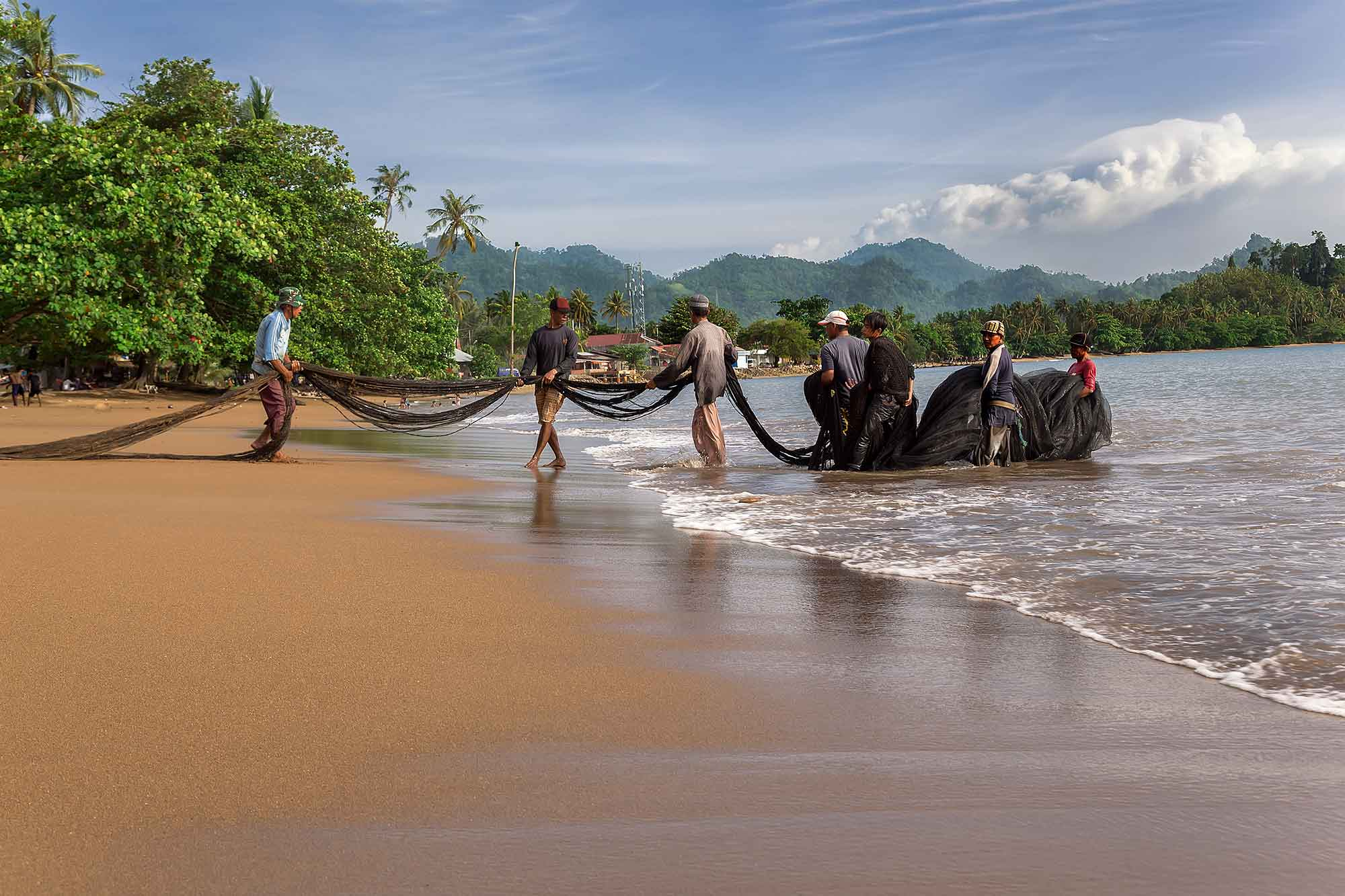 Fishermen pulling in the net on Bungus beach in West Sumatra, Indonesia. © Ulli Maier & Nisa Maier