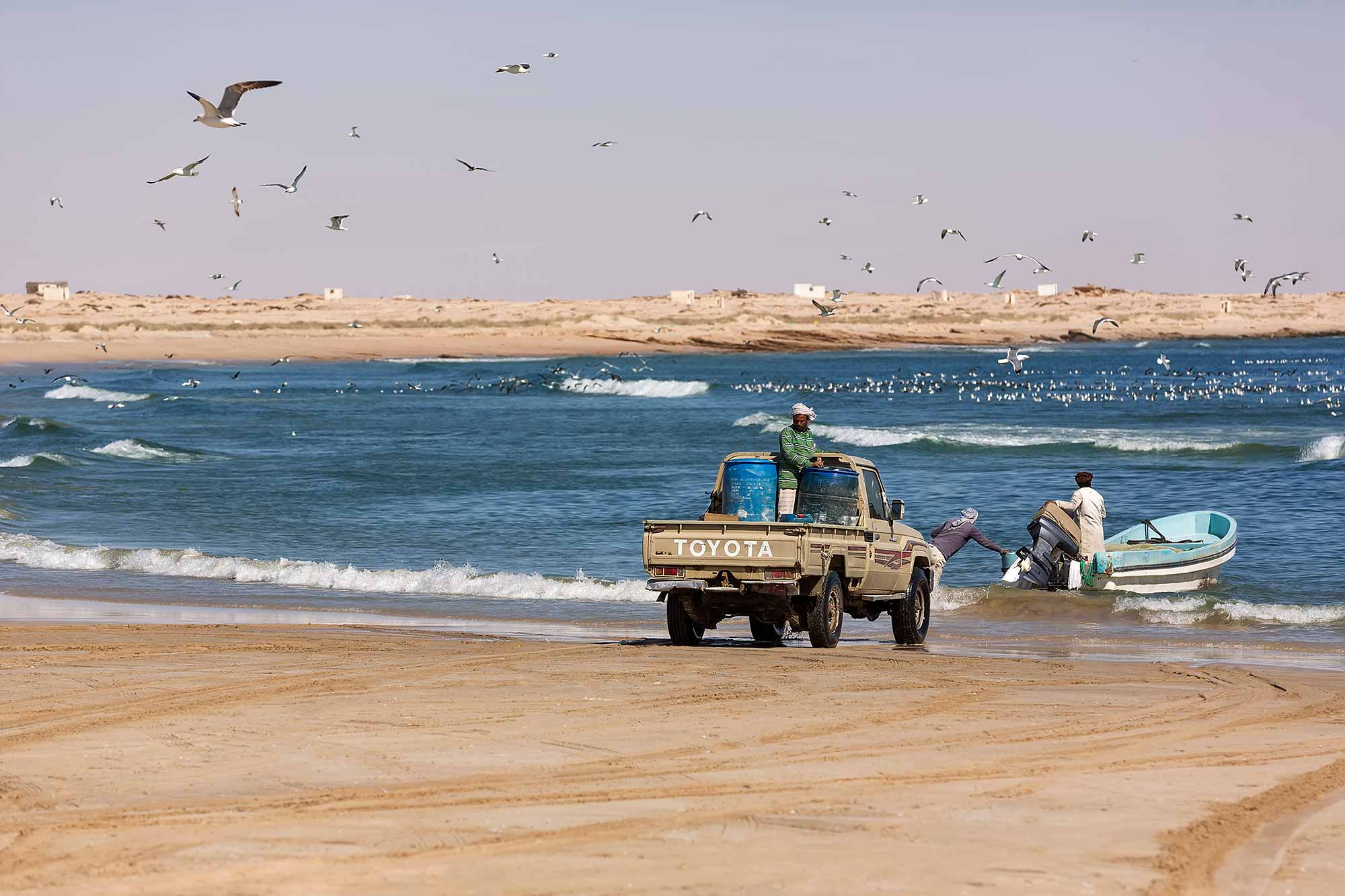 Fishing at the beach in Al Ashkharah. © Ulli Maier & Nisa Maier