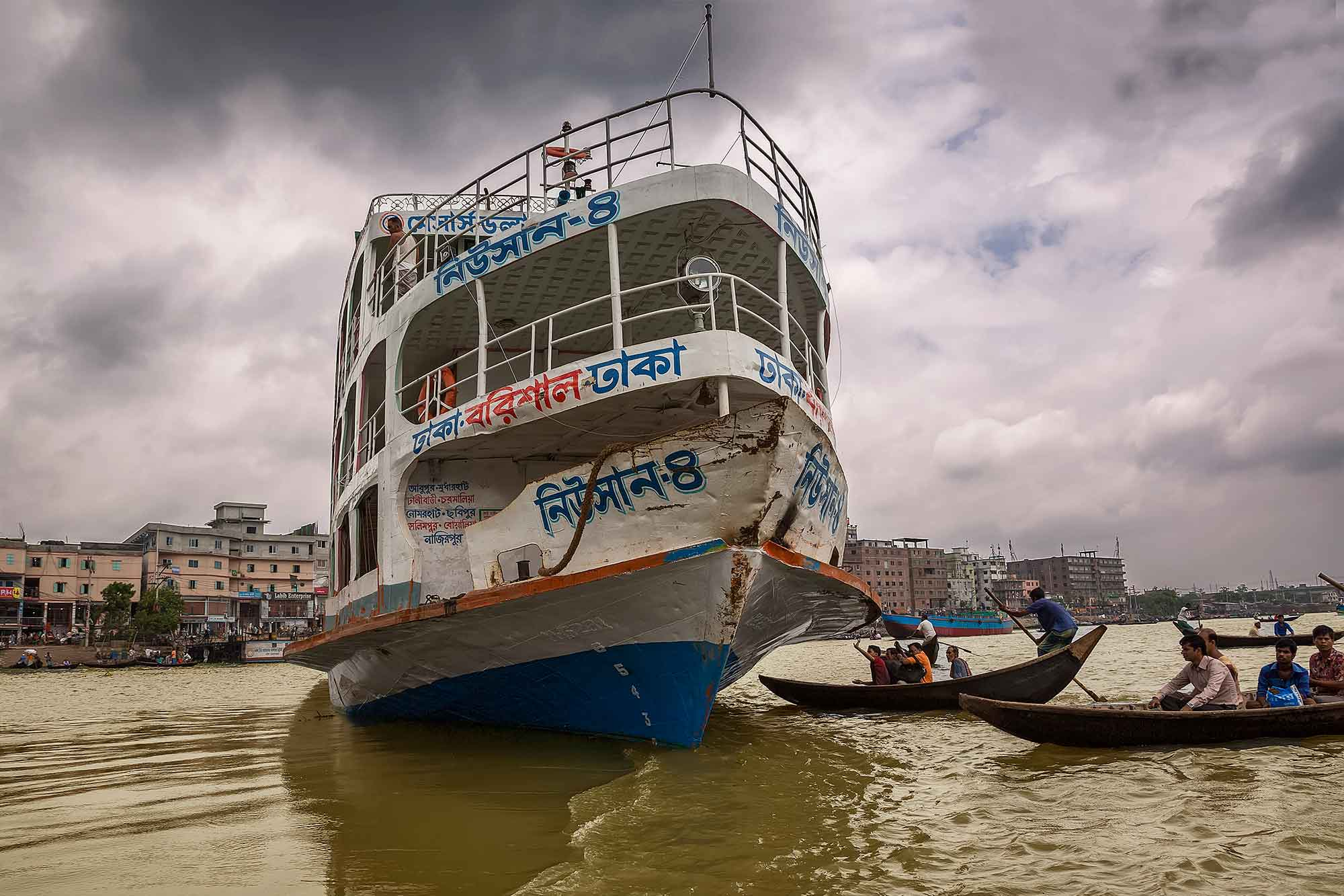 A launch ready to depart from Sadarghat port in Dhaka, Bangladesh. © Ulli Maier & Nisa Maier