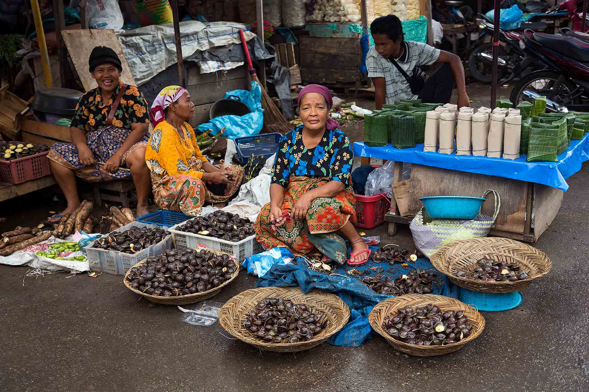 Market life at Padang wet market in West Sumatra, Indonesia. © Ulli Maier & Nisa Maier