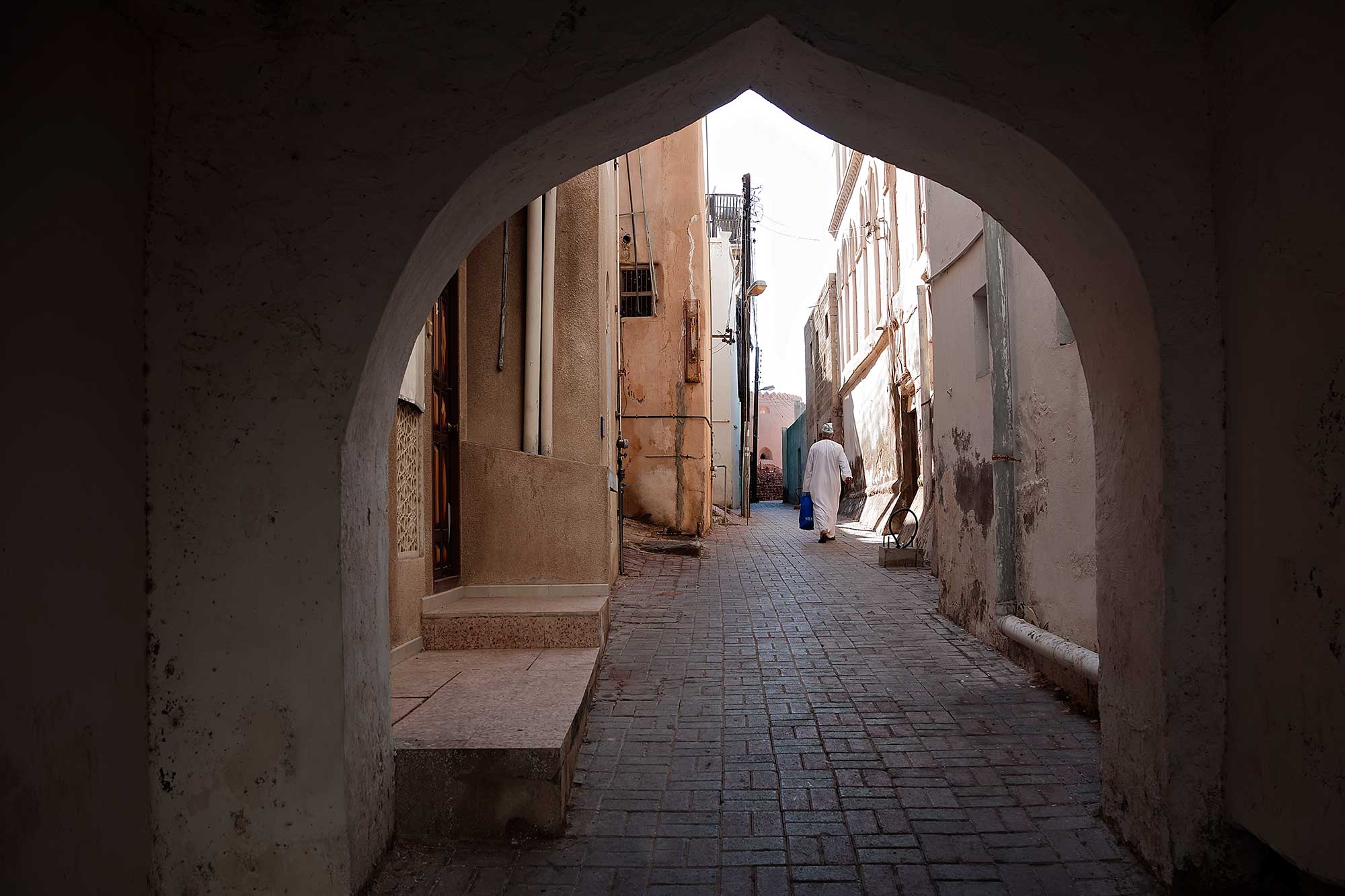 Walking in the old part of Muscat. © Ulli Maier & Nisa Maier