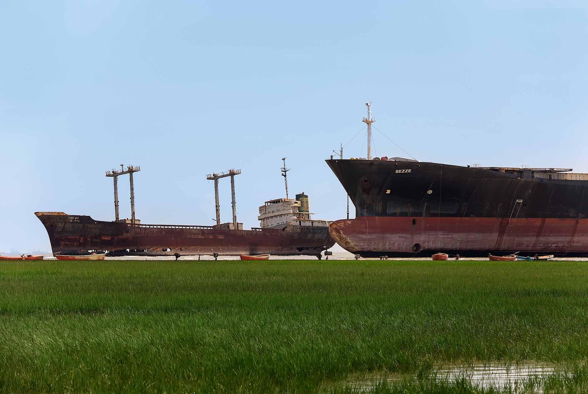 At the ship breaking yard in Chittagong, Bangladesh. © Ulli Maier & Nisa Maier