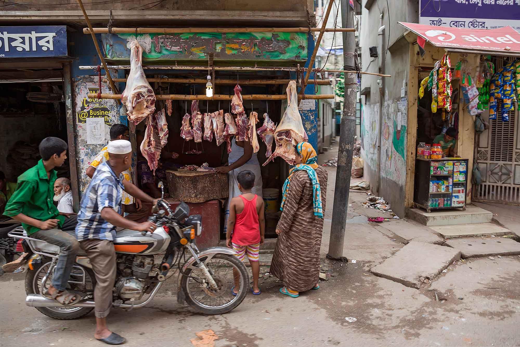 A butcher in Dhaka, Bangladesh. © Ulli Maier & Nisa Maier