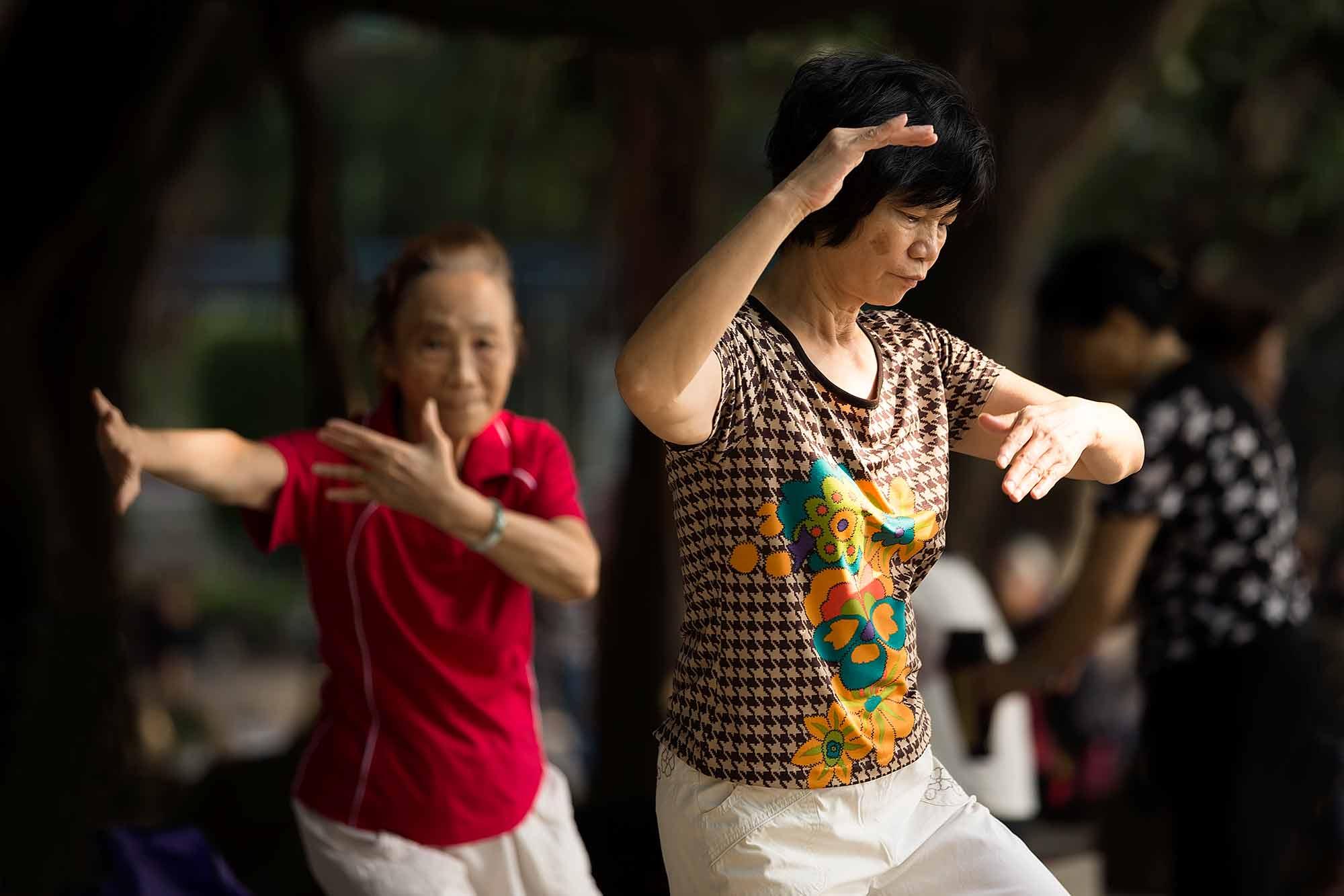 Doing some Tai Chi at Liuhuahu park in Guangzhou. © Ulli Maier & Nisa Maier